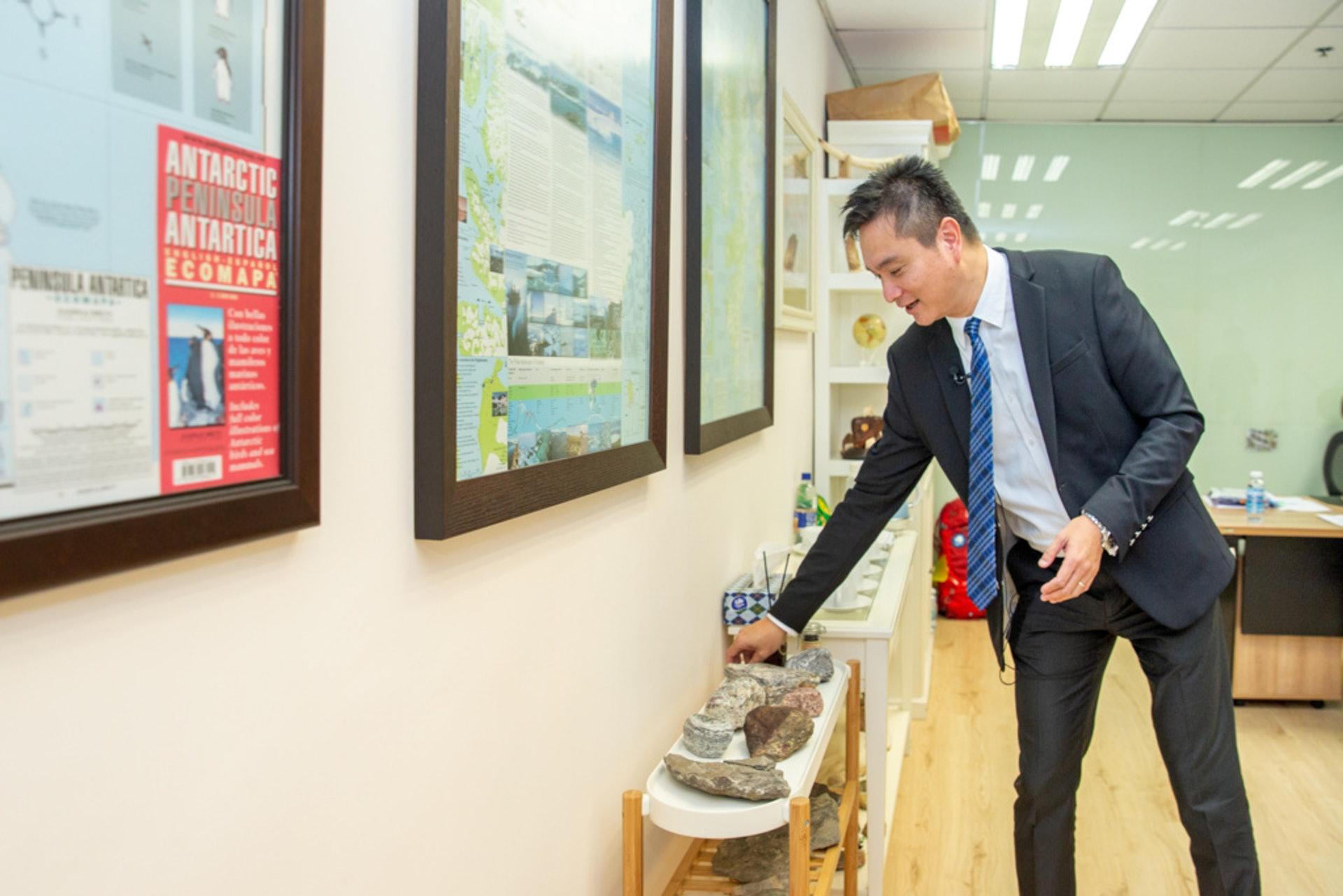 林校長熱愛自然,如數家珍般向記者介紹擺放在校長室、來自世界各地的石頭。