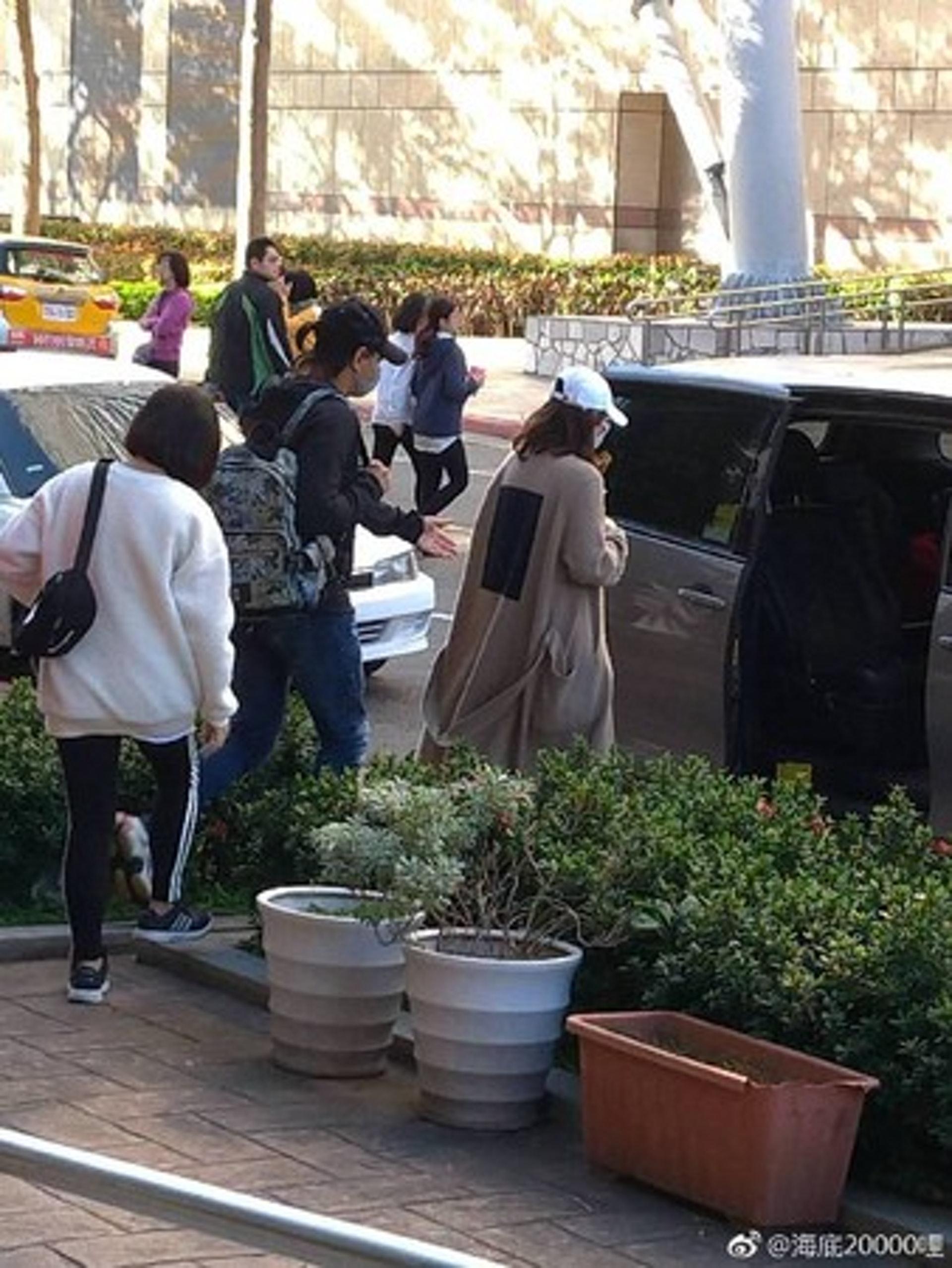 劉詩詩日前被網友目擊現身台北街頭,當時吳奇隆細心照顧老婆一舉一動。(微博圖片)