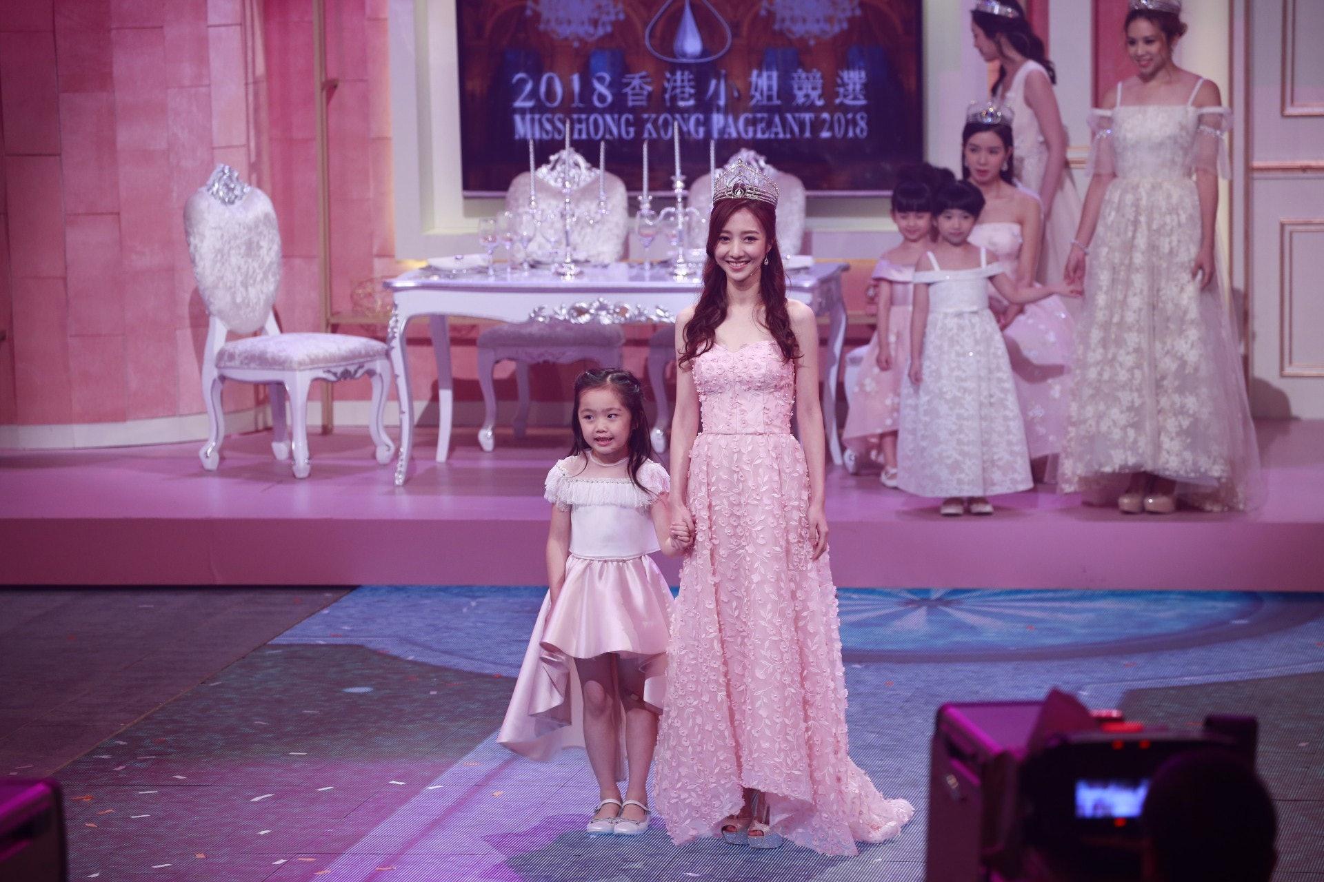 《big big channel大公司周年慶》其中一個環節,由何依婷做17年的港姐代表上台。(資料圖片)