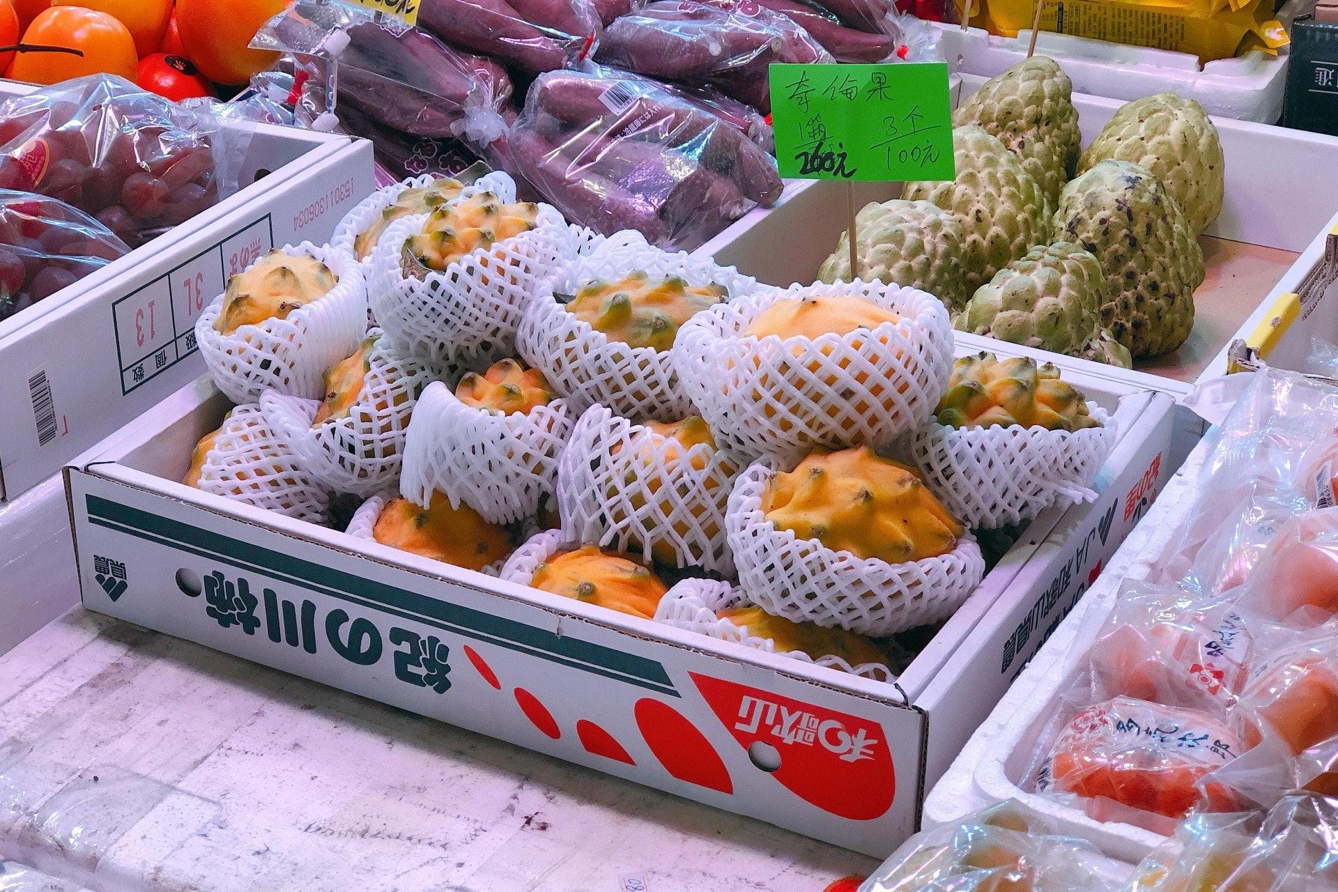 厄瓜多爾麒麟果的果釘較圓較鈍,沒哥倫比亞種那樣尖,而價格也相對便宜,日前在果欄只售$100三個。(鄧穎琪攝)