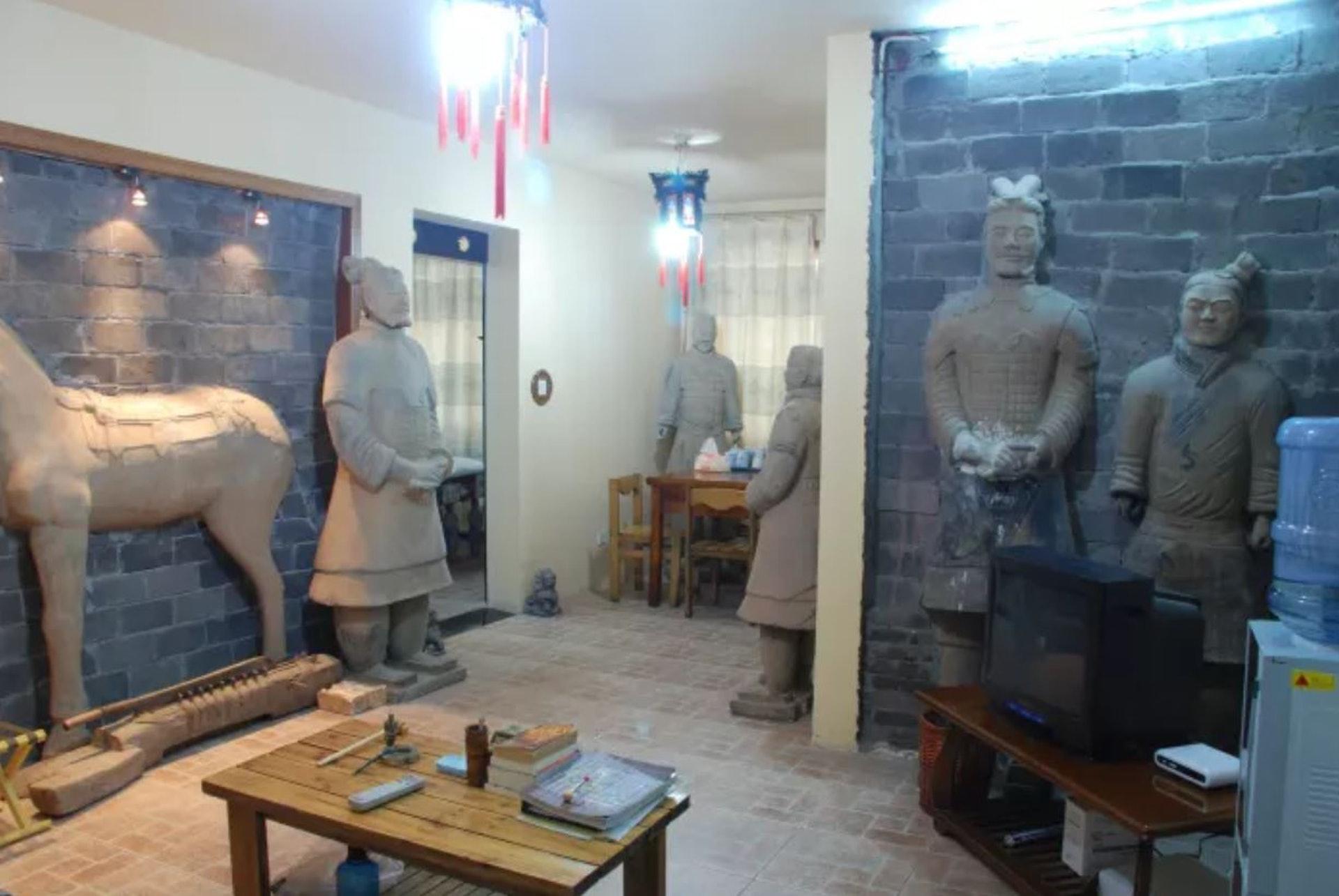內地blogger近日入住西安一間兵馬俑主題酒店,房間內的佈置十分嚇人,不論睡房、廁所、廚房都放滿兵馬俑。(微博片片段截圖)