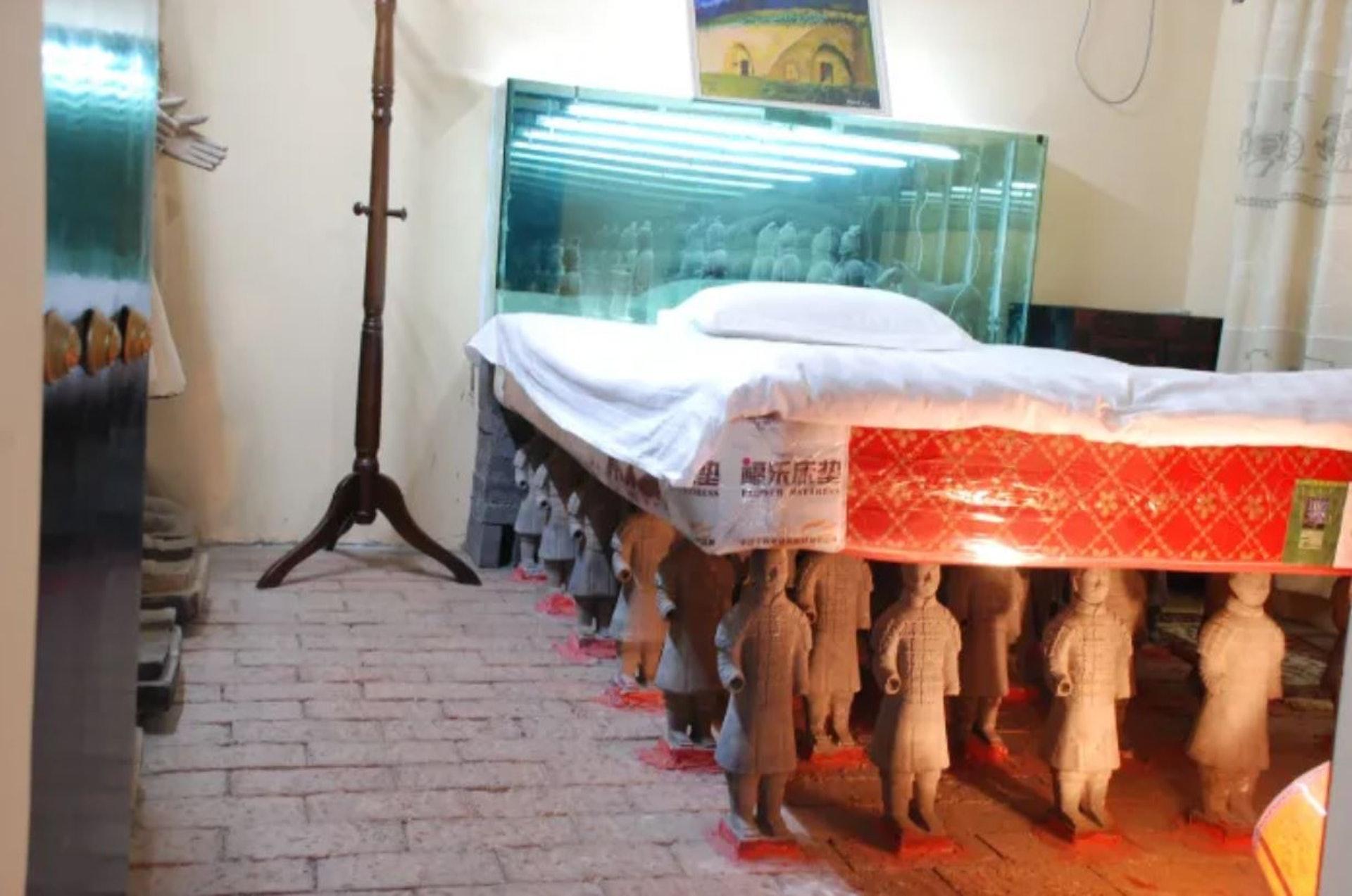 連床下底都整齊地排列兵馬俑。(網上圖片)