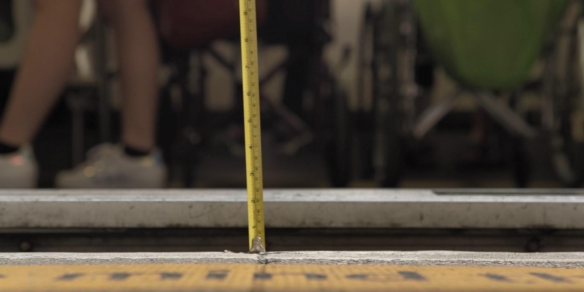 現場所見,輕鐵離月台的高度達5厘米,但劉啟東的「挑車」高度僅有一吋,所以他未能成功上車。