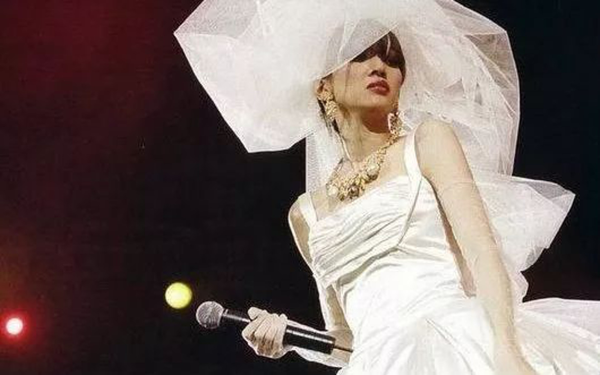 梅艷芳在演唱會穿上婚紗,決定「嫁給舞台」。(視覺中國)