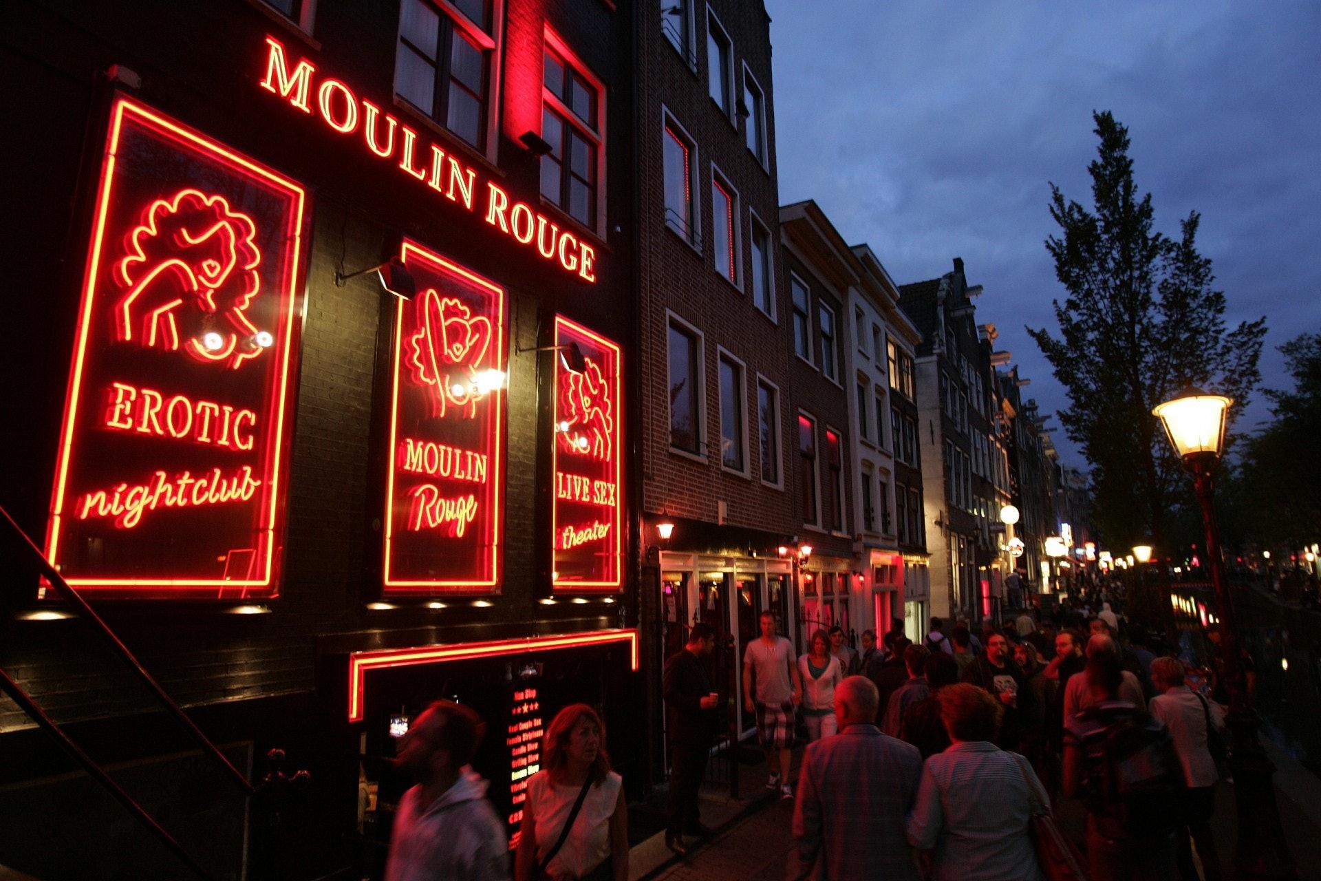 荷蘭在2000年將賣淫合法化,以打擊人口販賣和扯皮條,然而時至今日,還有女性被綁架販賣到這裏工作。(視覺中國)