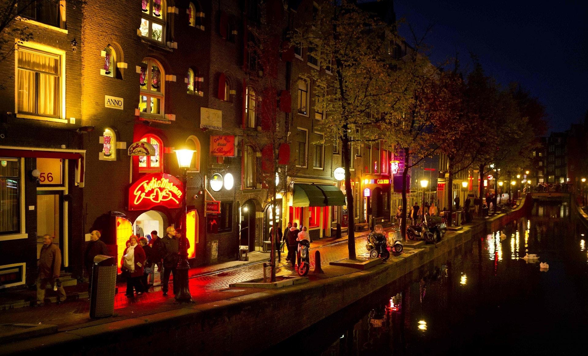 阿姆斯特丹的紅燈區現已成為世界知名景點,每天擠滿好奇張望的遊客,但甚少人知道這裏背後藏着許多駭人聽聞的非法勾當。(視覺中國)