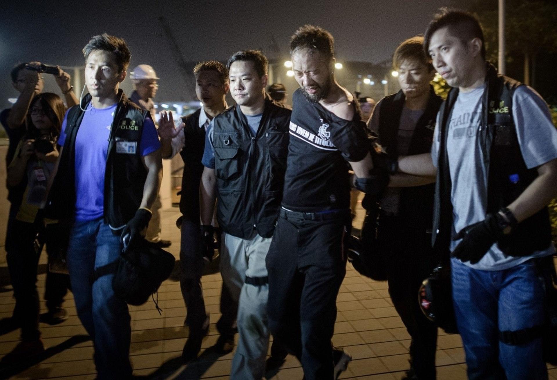 禁止酷刑委員會於2015年審議報告,建議港府應獨立調查所有執法者與反對示威者人士使用的過度武力。圖為曾健超在暗角被七警拘捕。(資料圖片)