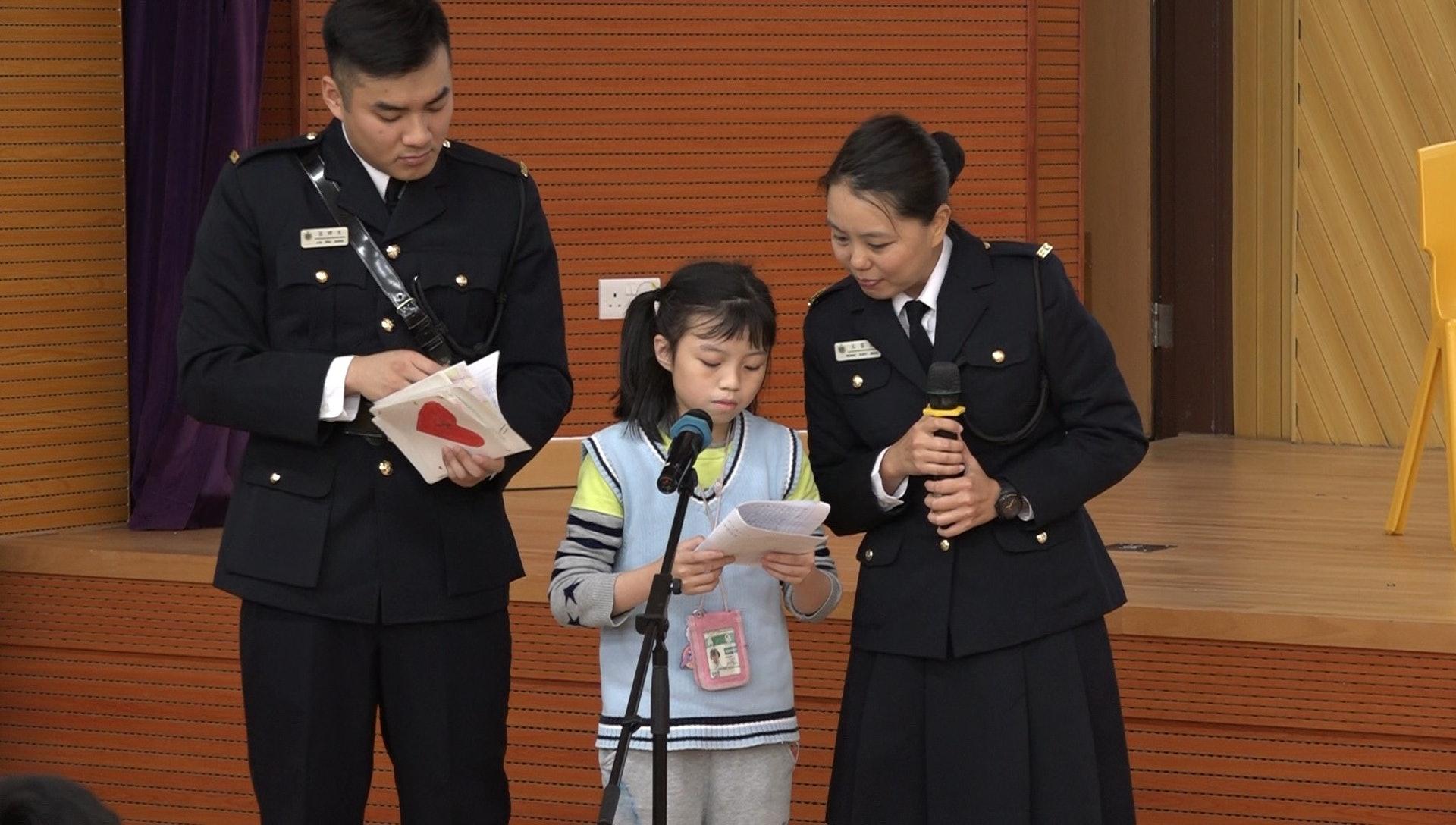 浸信會天虹小學五年級的勞同學讀出囚友來信。(譚威權攝)