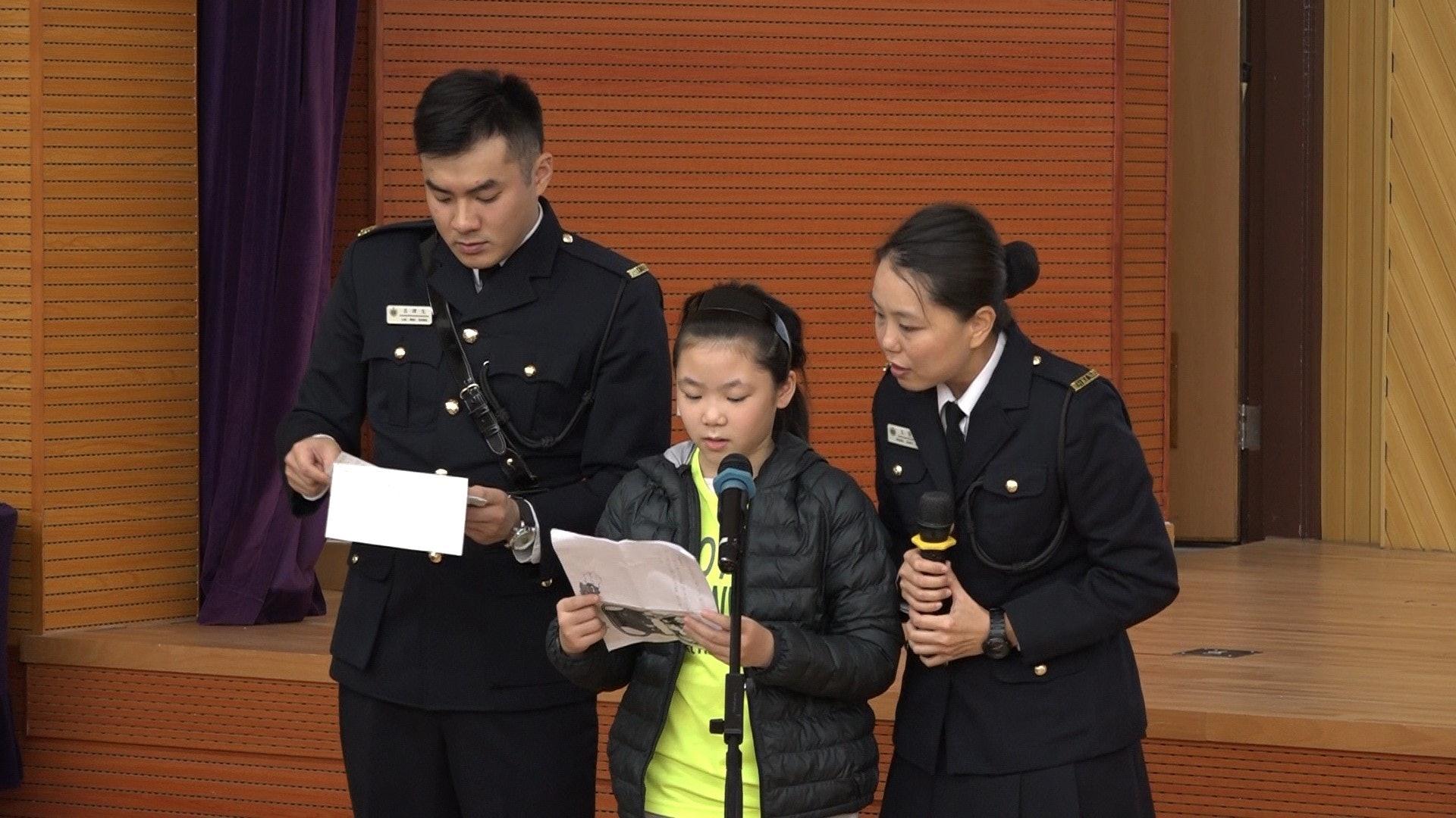 浸信會天虹小學五年級的羅同學讀出囚友的來信。(譚威權攝)