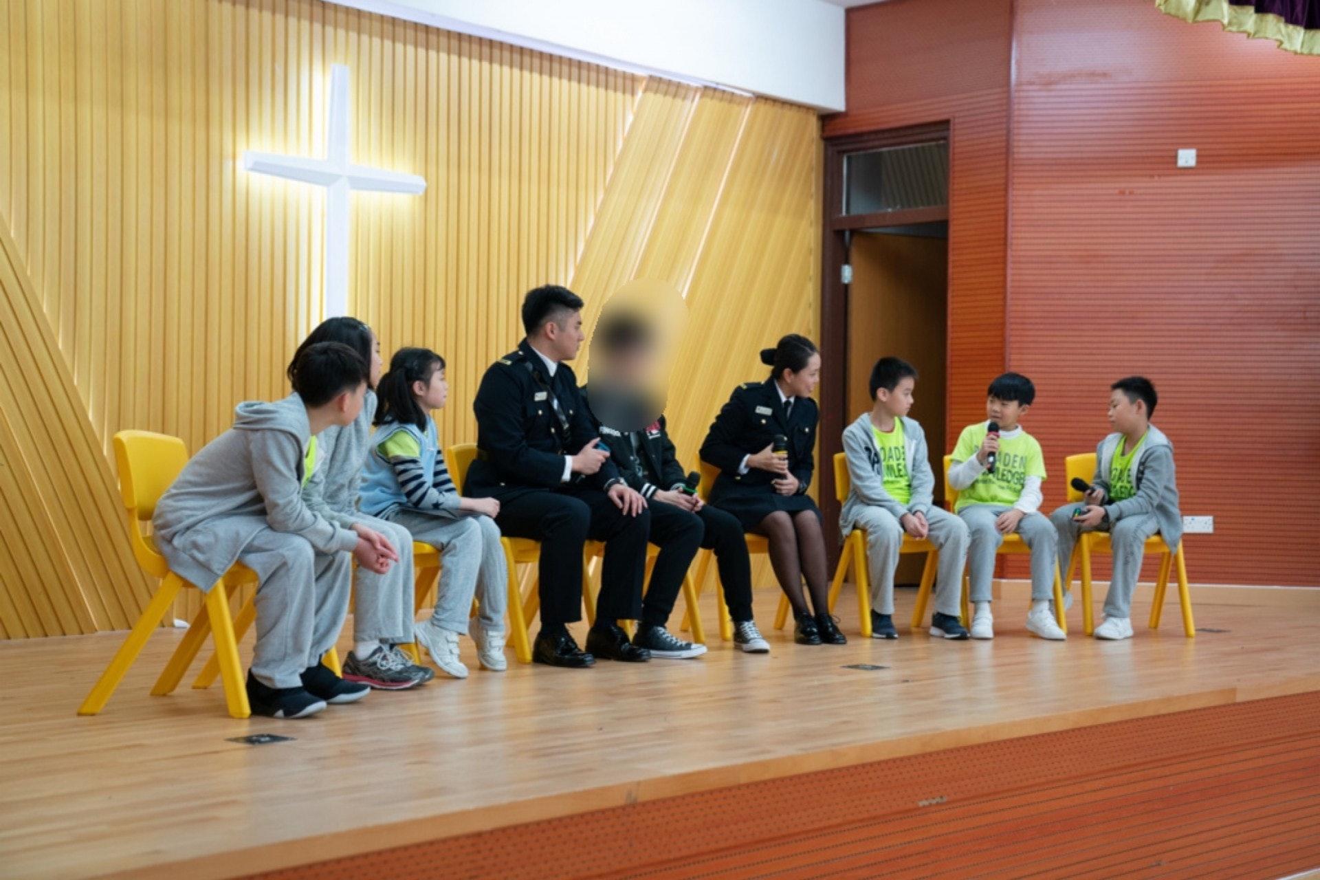 學生們向呀凱問一些關於監獄的問題,例如是否可以看電視。(吳鍾坤攝)