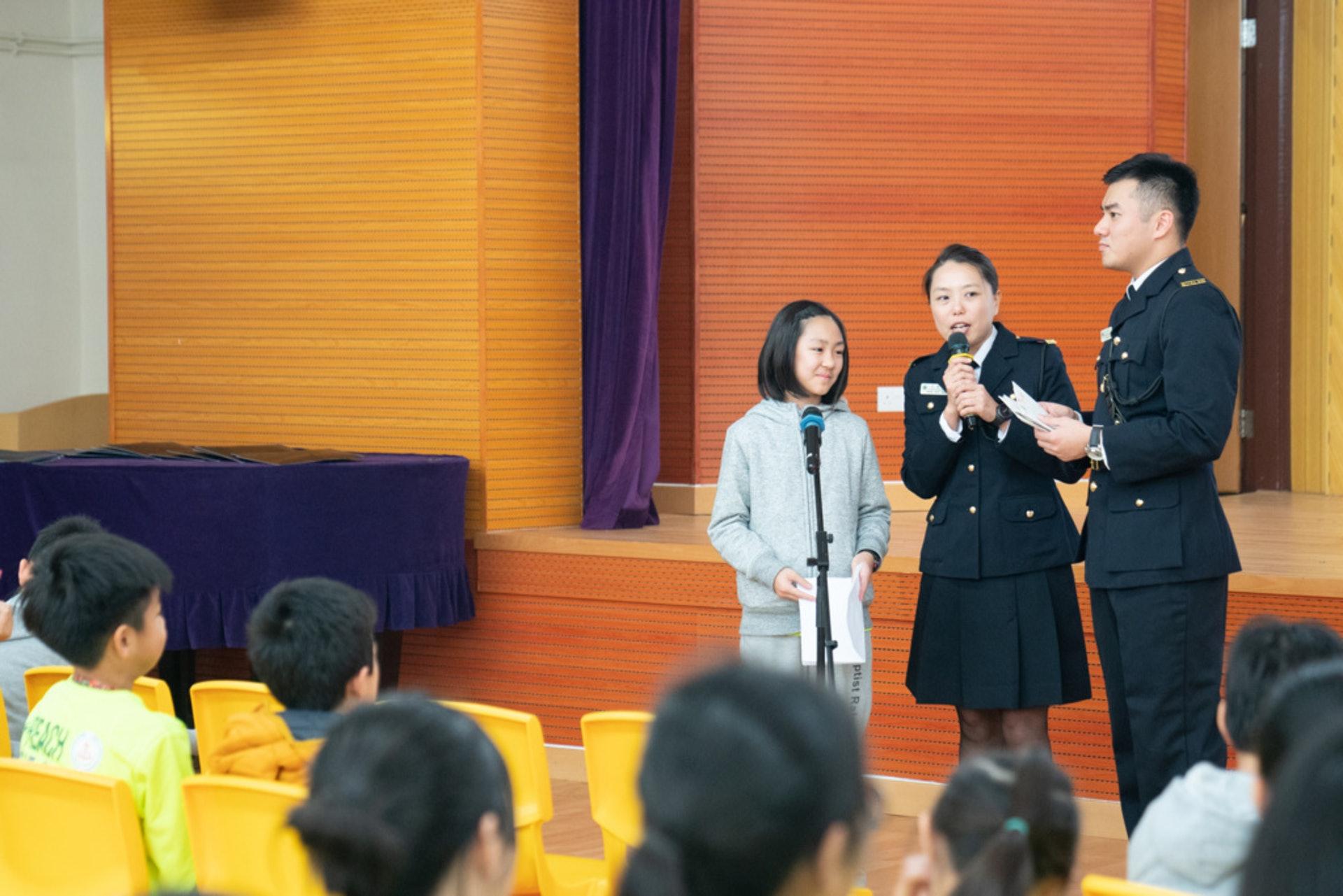 天虹小學和懲教署合辦「信有明天」活動,讓學生朗讀囚友的回信。