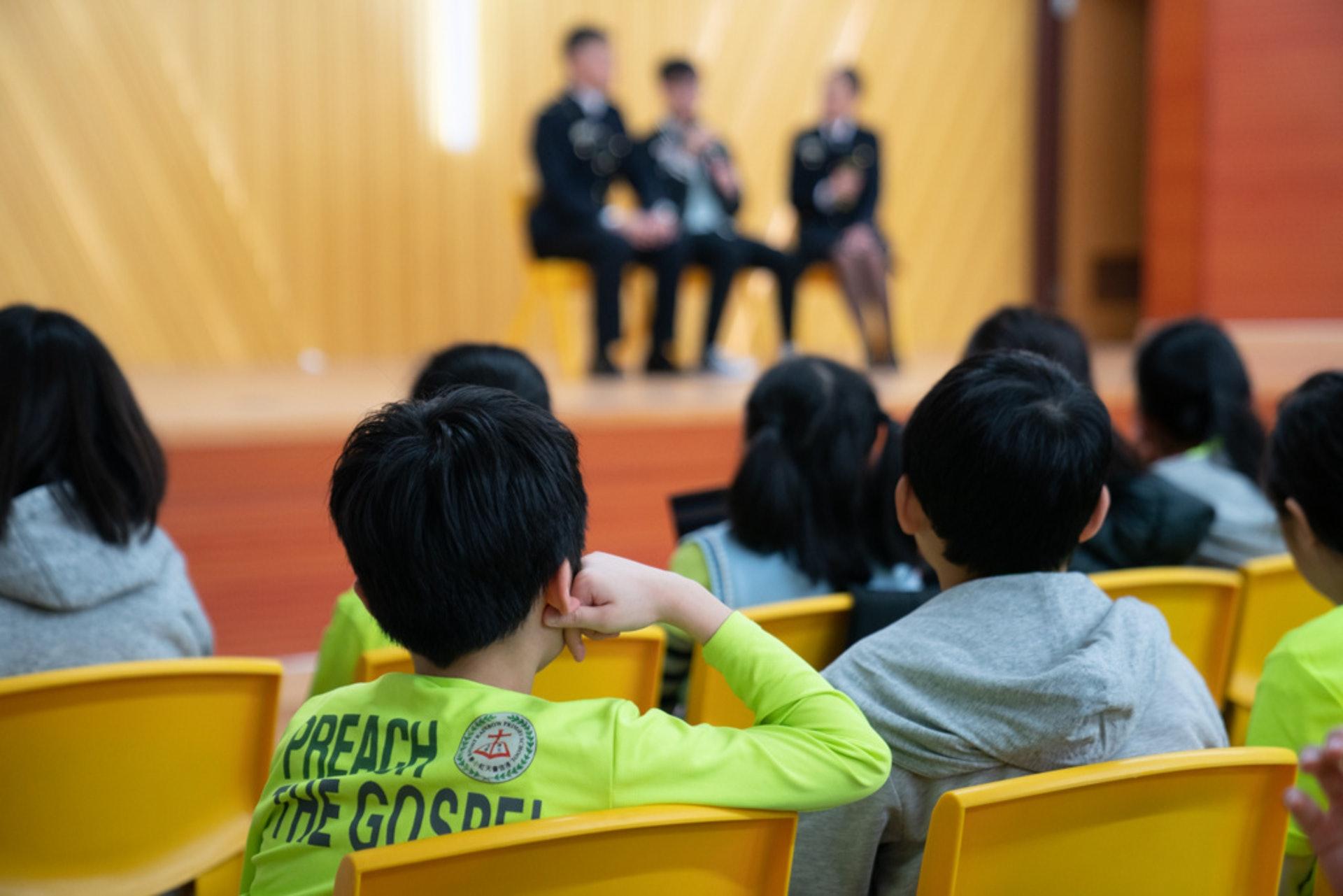 阿凱在台上分享個人經歷,希望學生引以為鑑。
