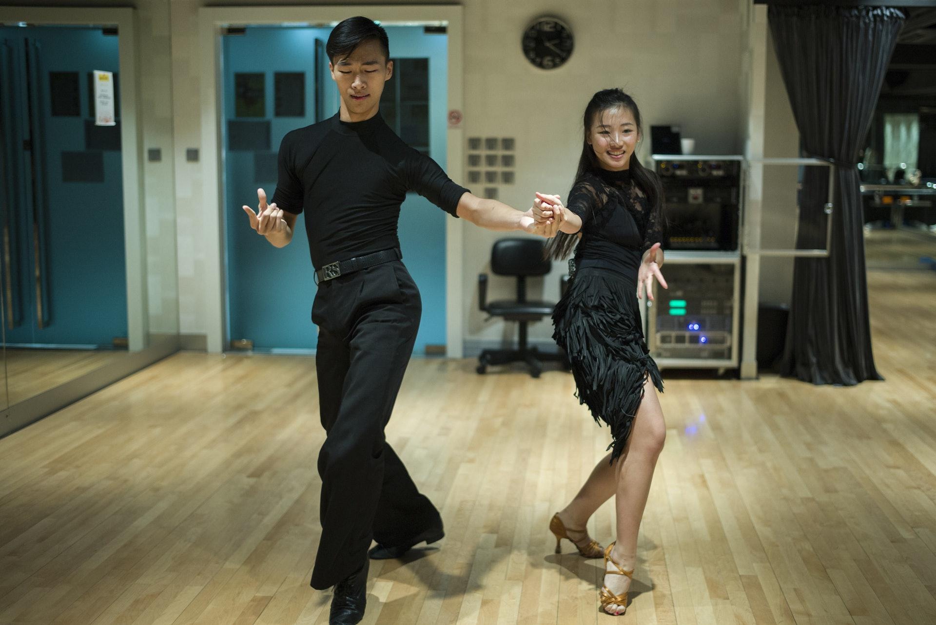20歲的廖啟森(左)及19歲的廖雲軒(右)兩兄妹,全身投入標準舞與拉丁舞,父母賣樓作為子女學舞儲備,更年花百萬供他們學舞。