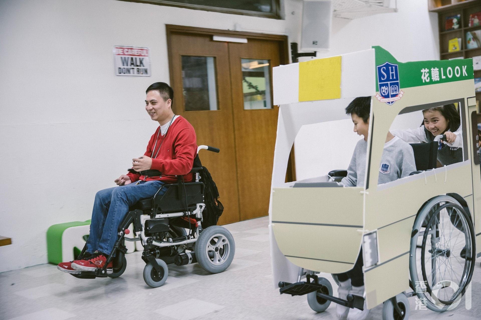 學生們和路向四肢傷殘人士協會副主席柳冕來了一場輪椅比賽。(鄭子峰攝)