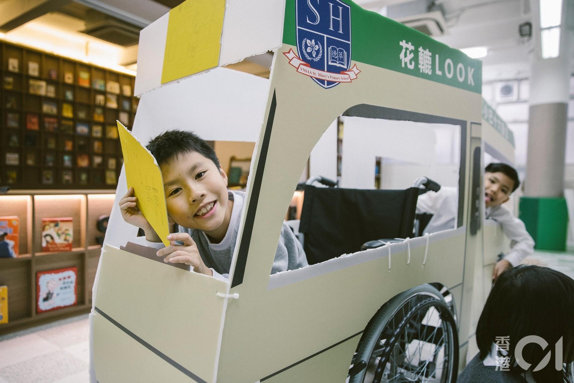 日常生活中較少機會接觸輪椅,學生們對輪椅相當好奇。(鄭子峰攝)