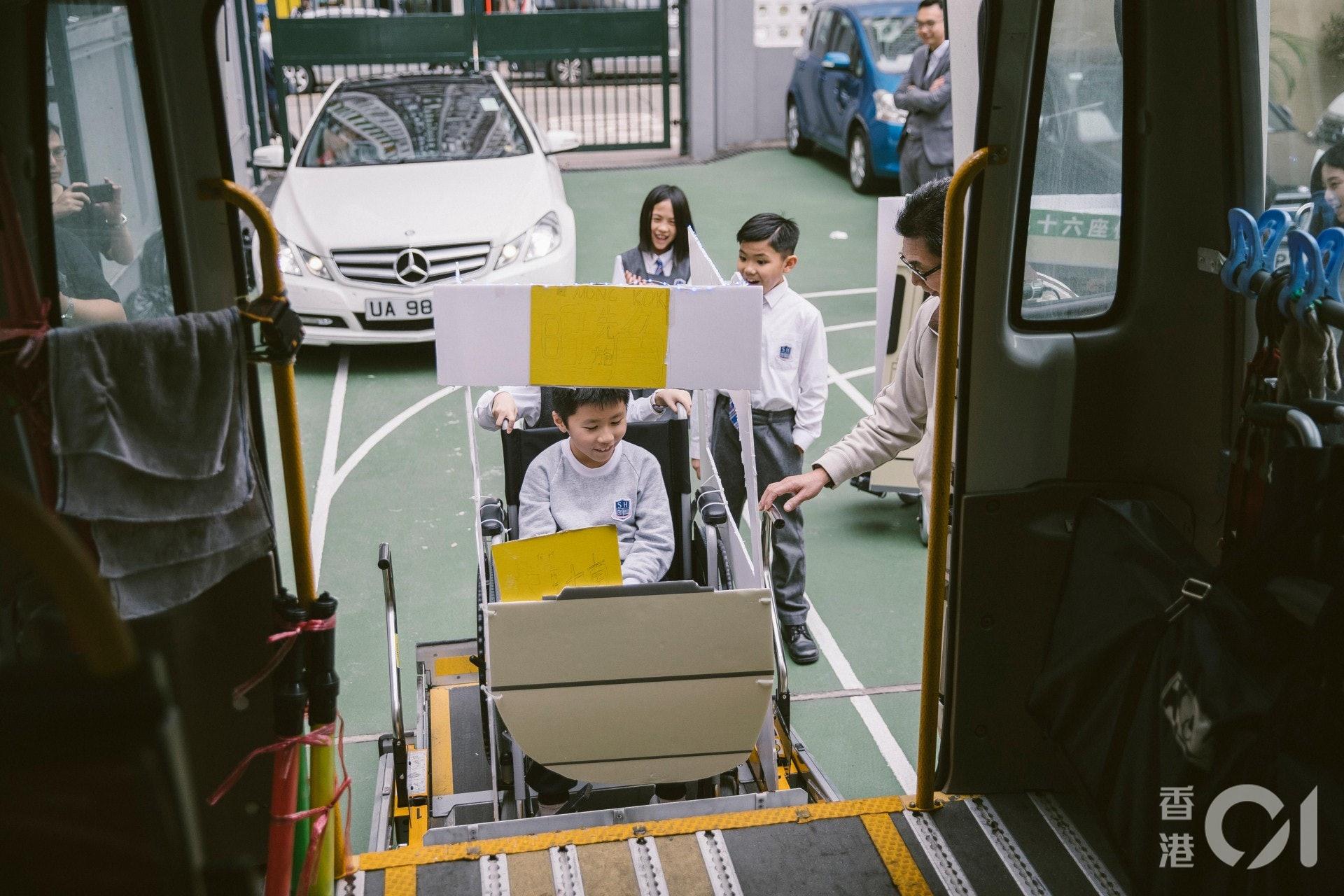 坐上輪椅的學生們,更體驗登上復康巴士的感覺。(鄭子峰攝)