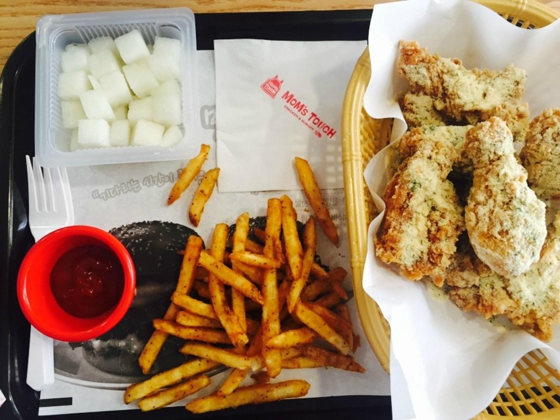 不少人为了它的炸鸡而来,多款热门口味任君选择,包括芝士、辣味、蒜味等。 (图片来源︰Naver Blog)