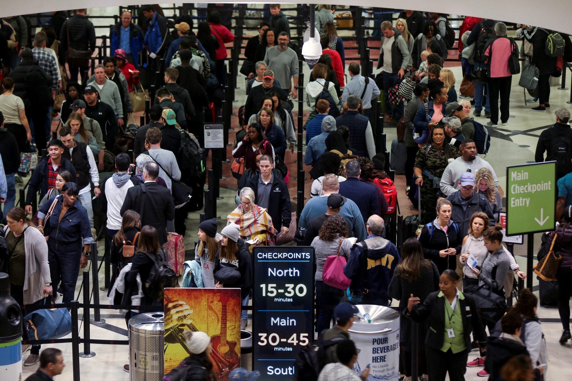 年初美國政府停擺期間,全球最繁忙的哈茨菲爾德傑克遜亞特蘭大國際機場(Hartsfield-Jackson Atlanta International Airport),部分旅客需要等待超過一小時方可完成安檢程序。(路透社)
