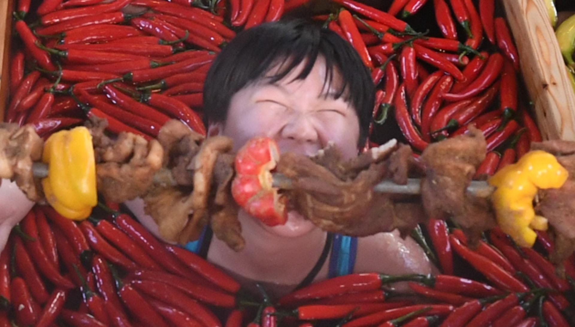 為迎接豬年,有杭州酒店推出九宮格火鍋溫泉,讓顧客泡浸各種火鍋配料時同時享用巨型豬肉串。(網上圖片)