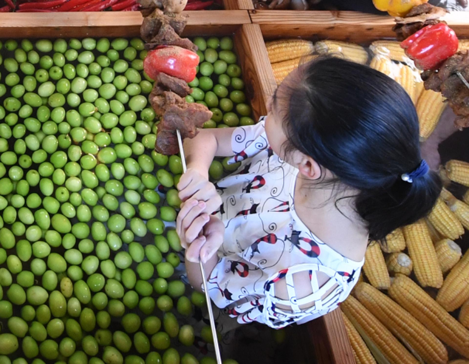 為迎接豬年,有杭州酒店推出九宮格火鍋溫泉,每格火鍋放滿辣椒、生菜、番茄、金桔、青棗、蘋果、粟米、香蕉、菇菌等9種蔬果。(網上圖片)