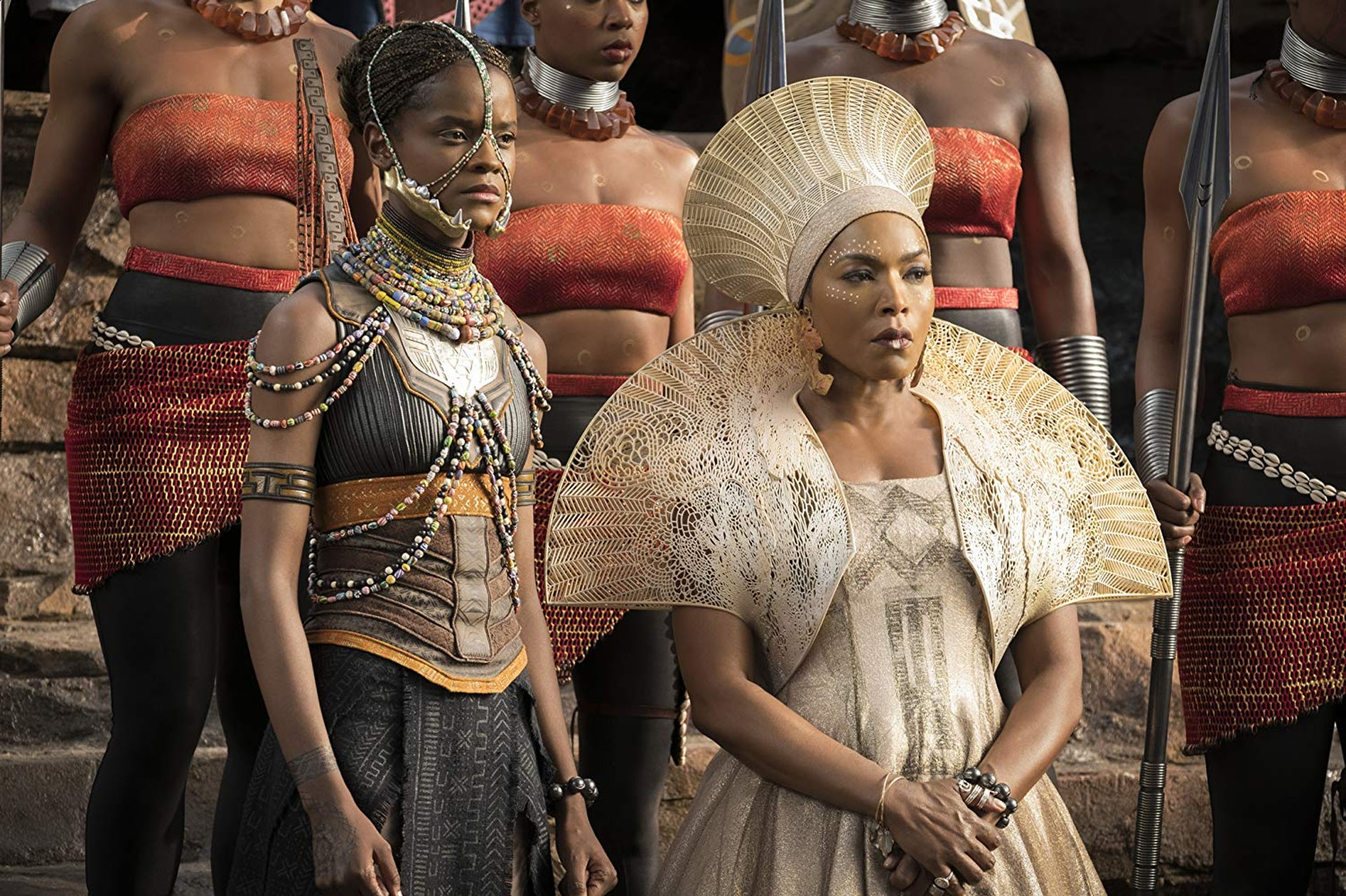 Angela Bassett(右)透露麥可·B·喬丹飾演的 Killmonger 將會參演《黑豹》續集。(劇照)
