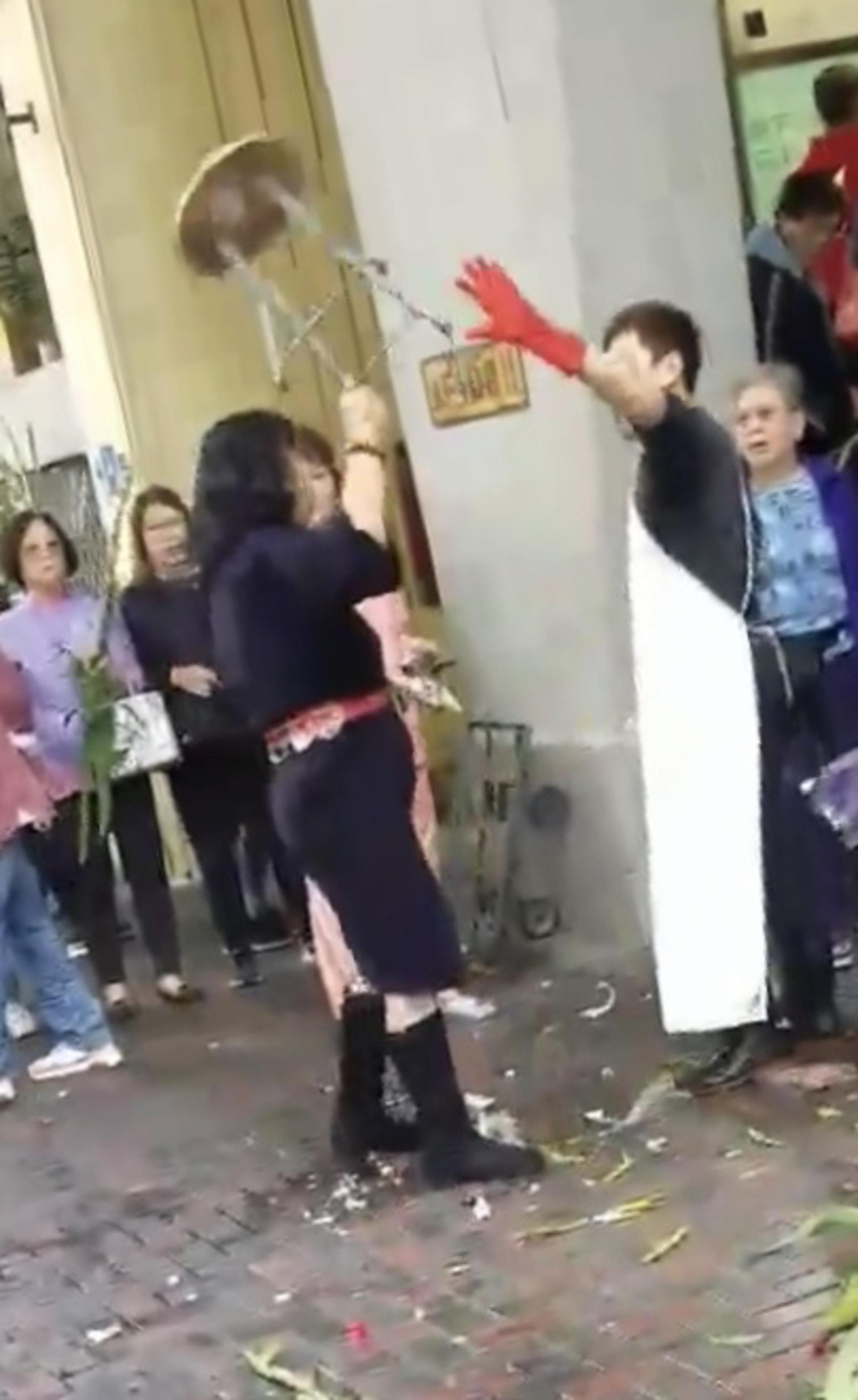 女子高舉摺櫈意圖擲向魚販。(巴打絲打 Facebook Club)