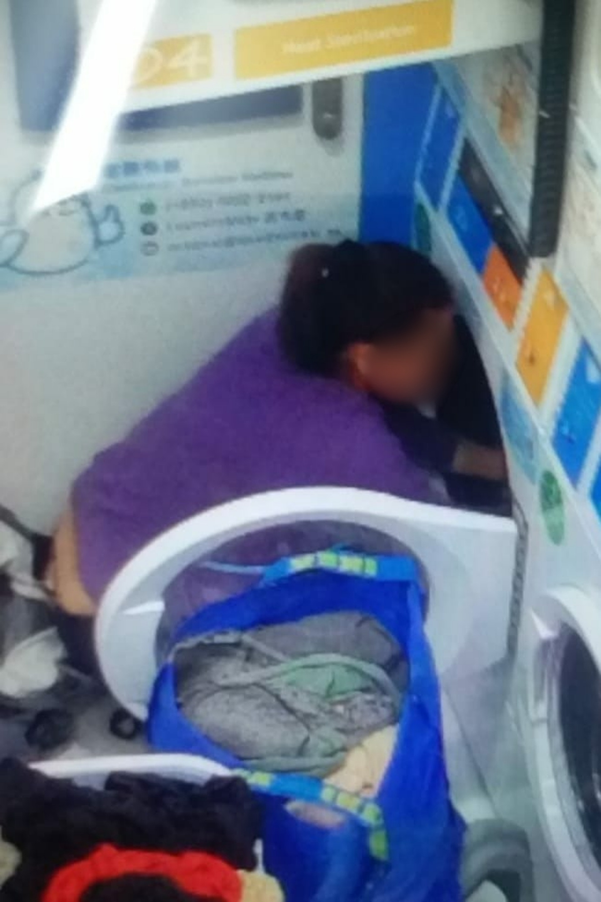 洗衣店的閉路電視拍到一名可疑女子,在洗衣機內取出大量現金。