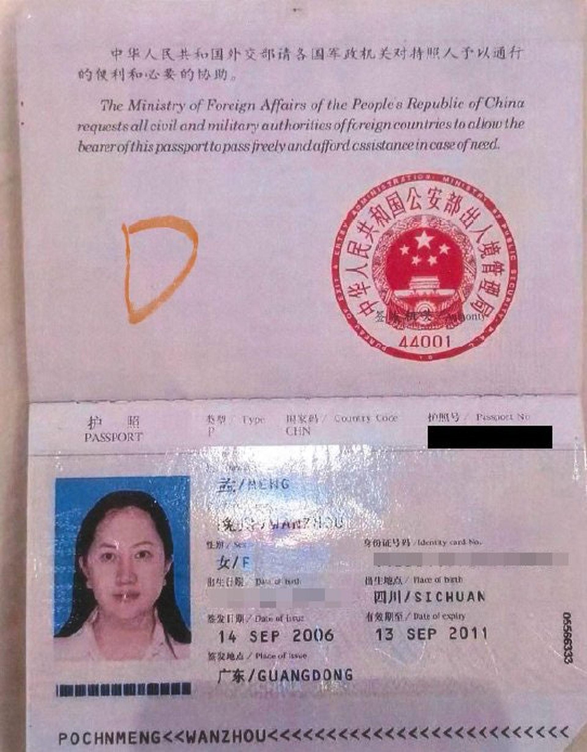 孟晚舟曾使用过的另一本中国护照,而在加拿大法庭呈堂的文件中,并无孟晚舟这本P字头的因公护照。(加拿大法庭文件)
