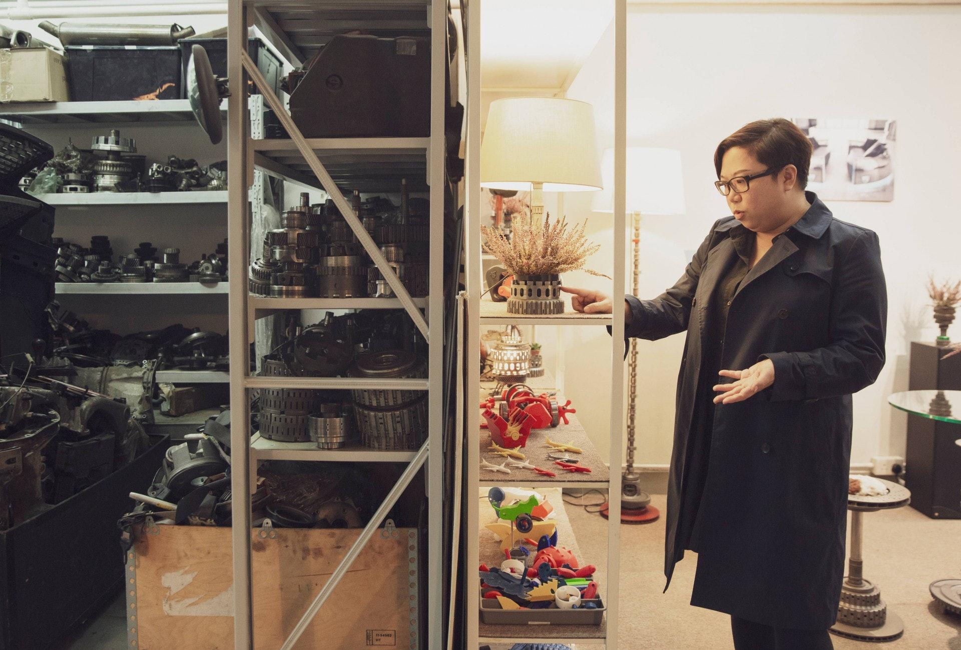 位於觀塘的工場,右邊是Telly與同事的工作空間,左邊擺放着各式各樣的汽車零件。