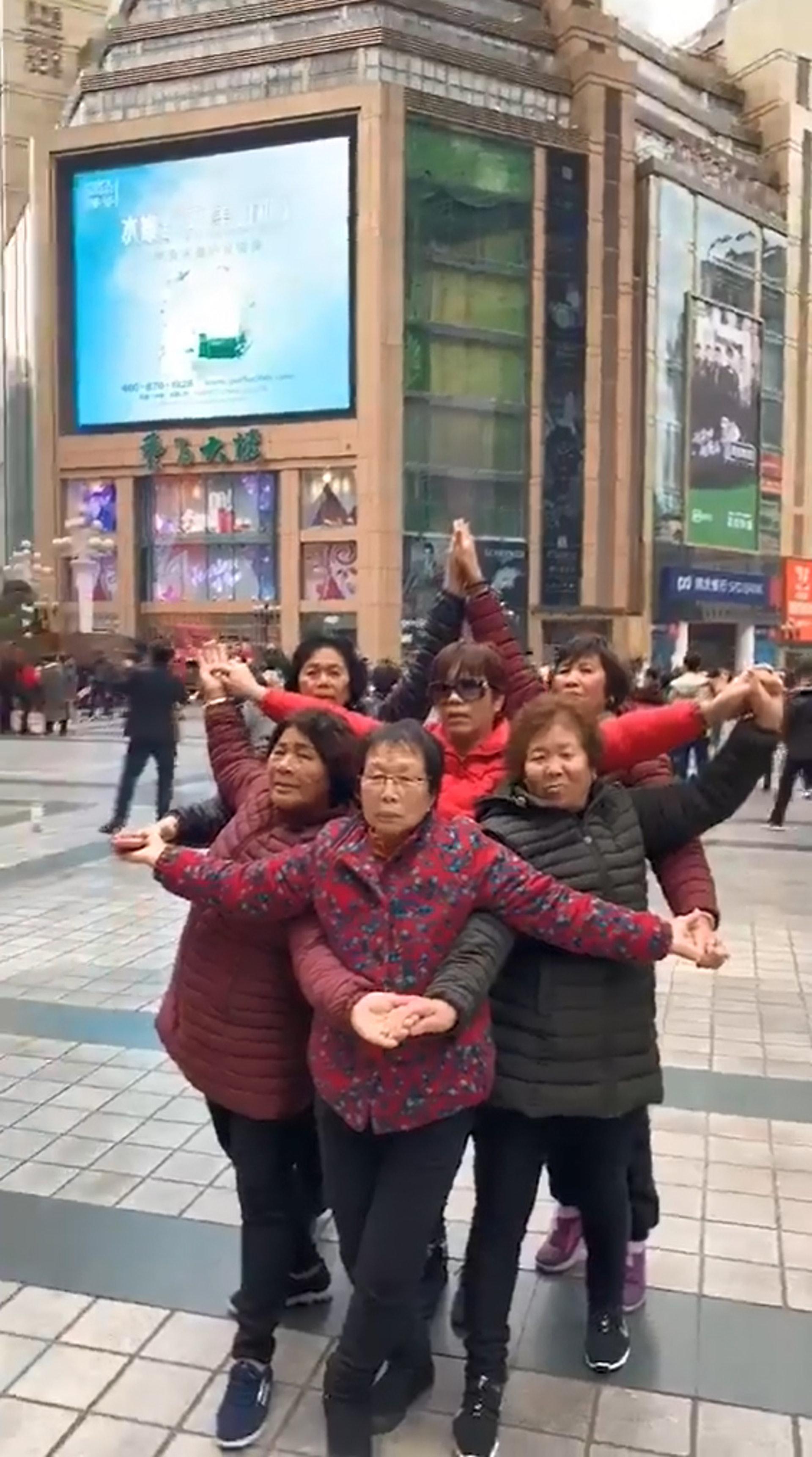 非年輕人專利6重慶大媽擺六芒星陣打卡網民 召喚神明 香港01 熱爆話題