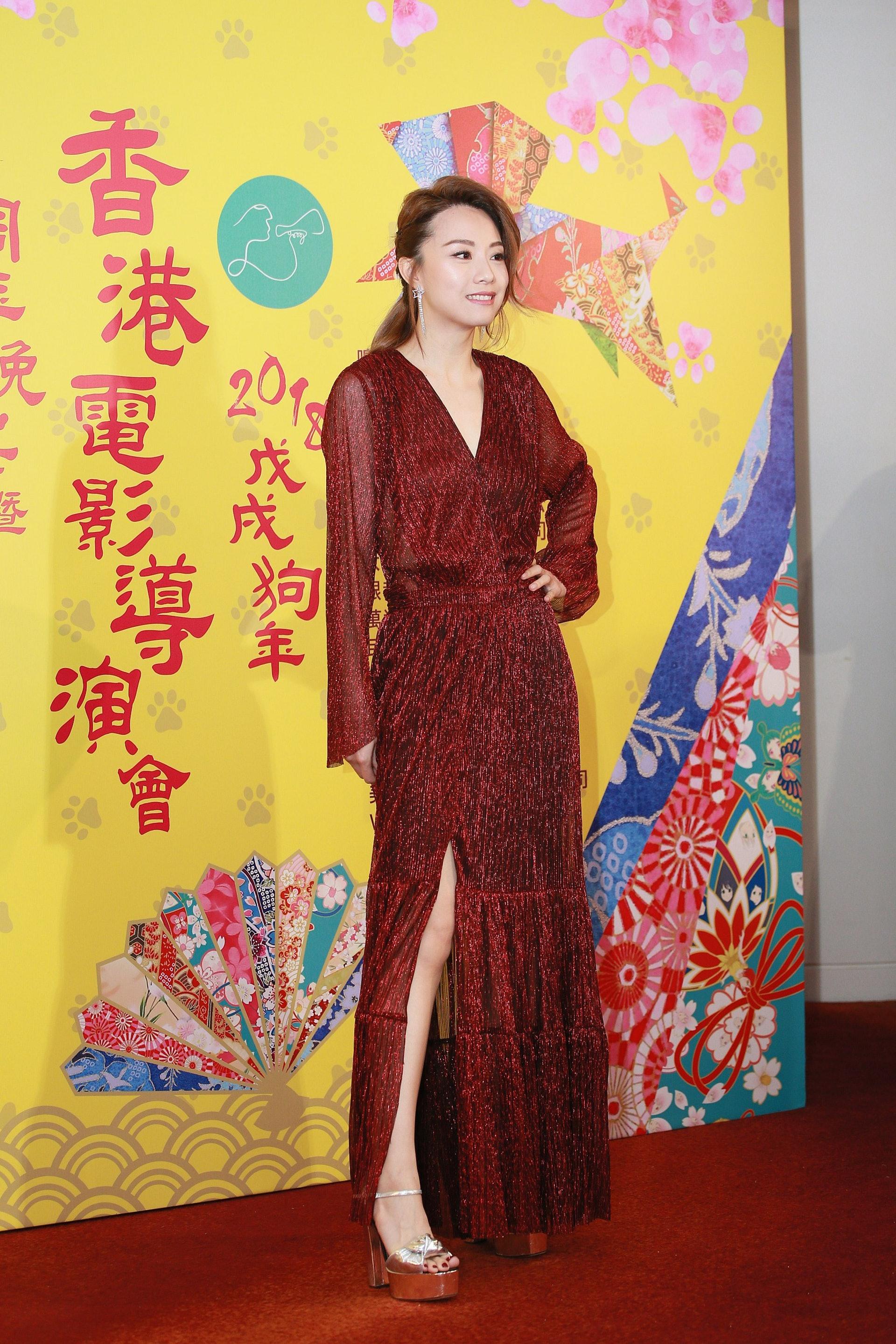 上年Stephy在《香港電影導演會周年晚宴暨年度頒獎典禮》的打扮反較今年的成熟。(視覺中國)