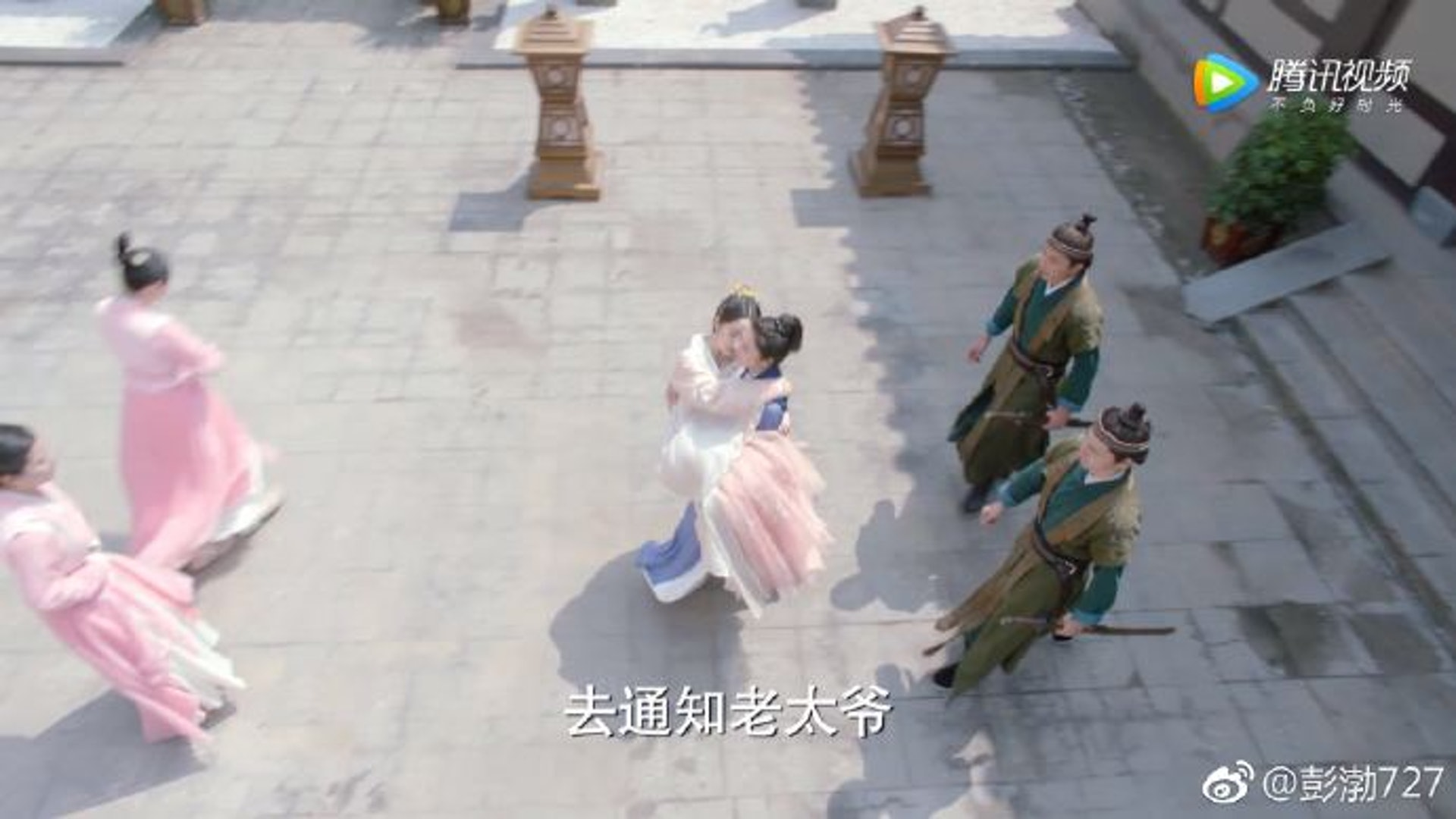 作為花不棄(林依晨飾)的貼身女護衛,小蝦(彭渤飾)抱起主人居然冇難度,原來是因為身材夠大隻(《小女花不棄》劇照@彭渤微博)