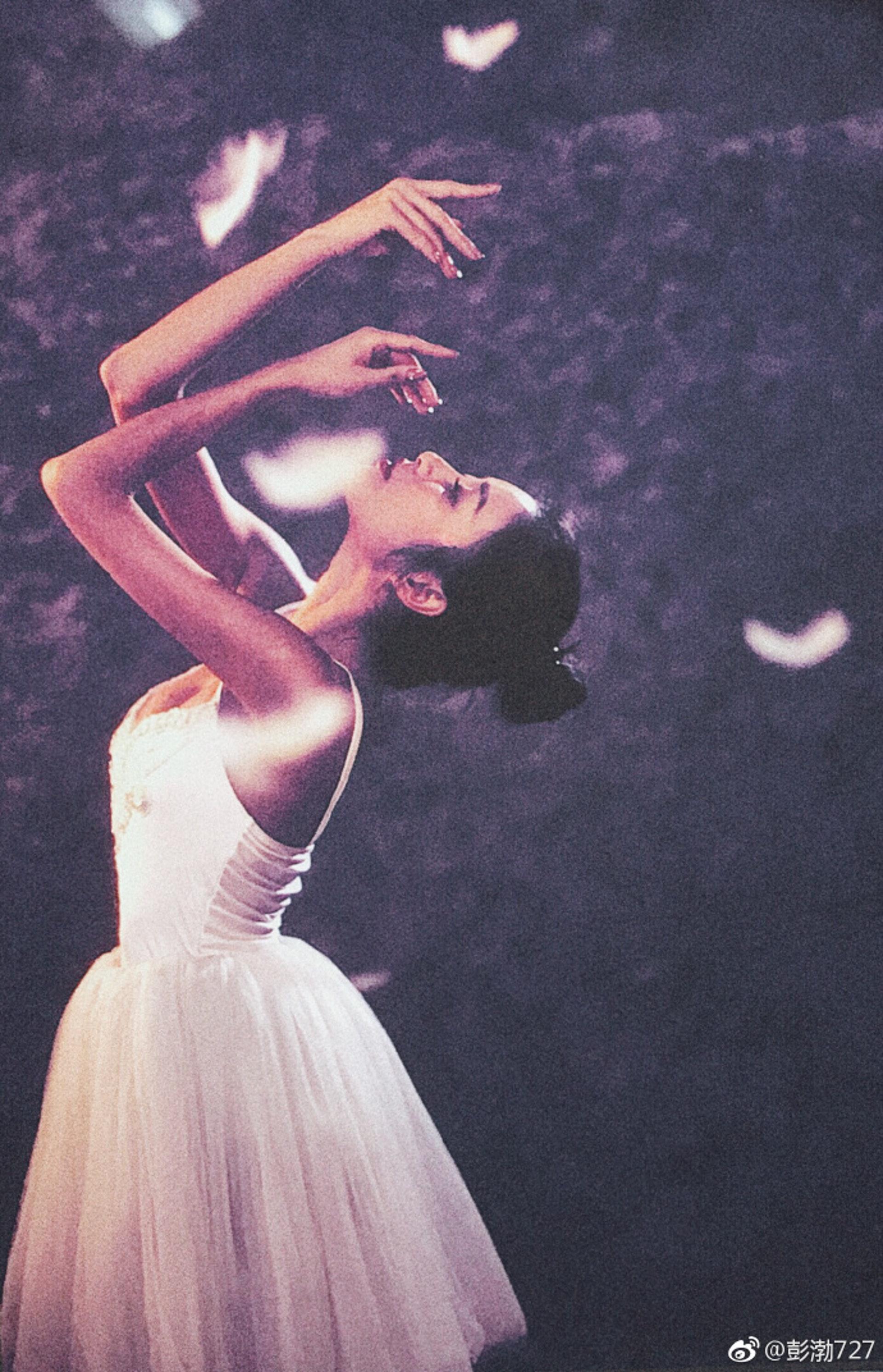 彭渤多才多藝,可剛可柔,穿上芭蕾舞裙又見一番柔美(微博)