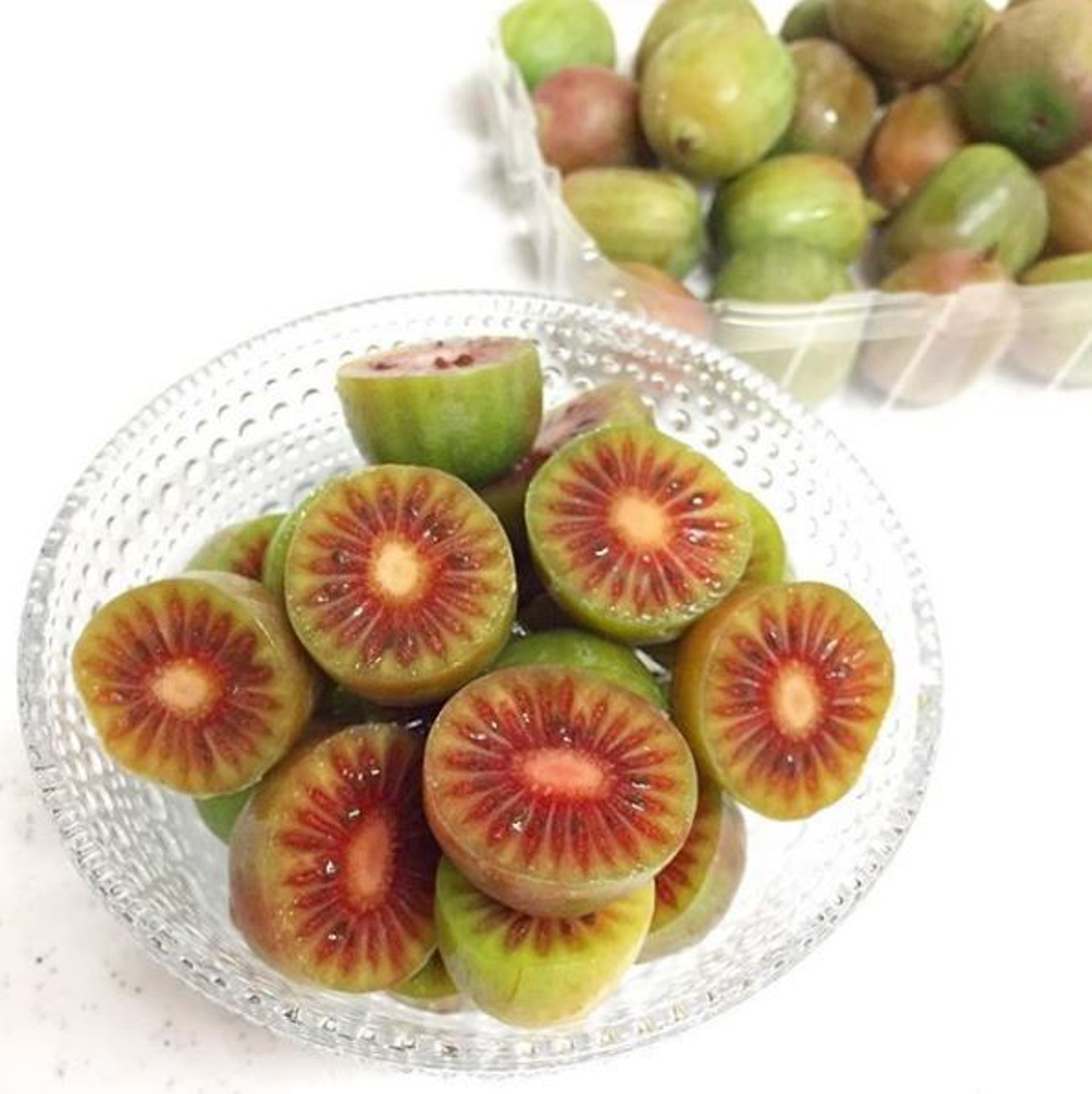 雖然表皮和部分果肉都是青綠色為主,但中間亦有紅色果肉,長得像朵綻放的花。(Instagram:mai_nknk2)