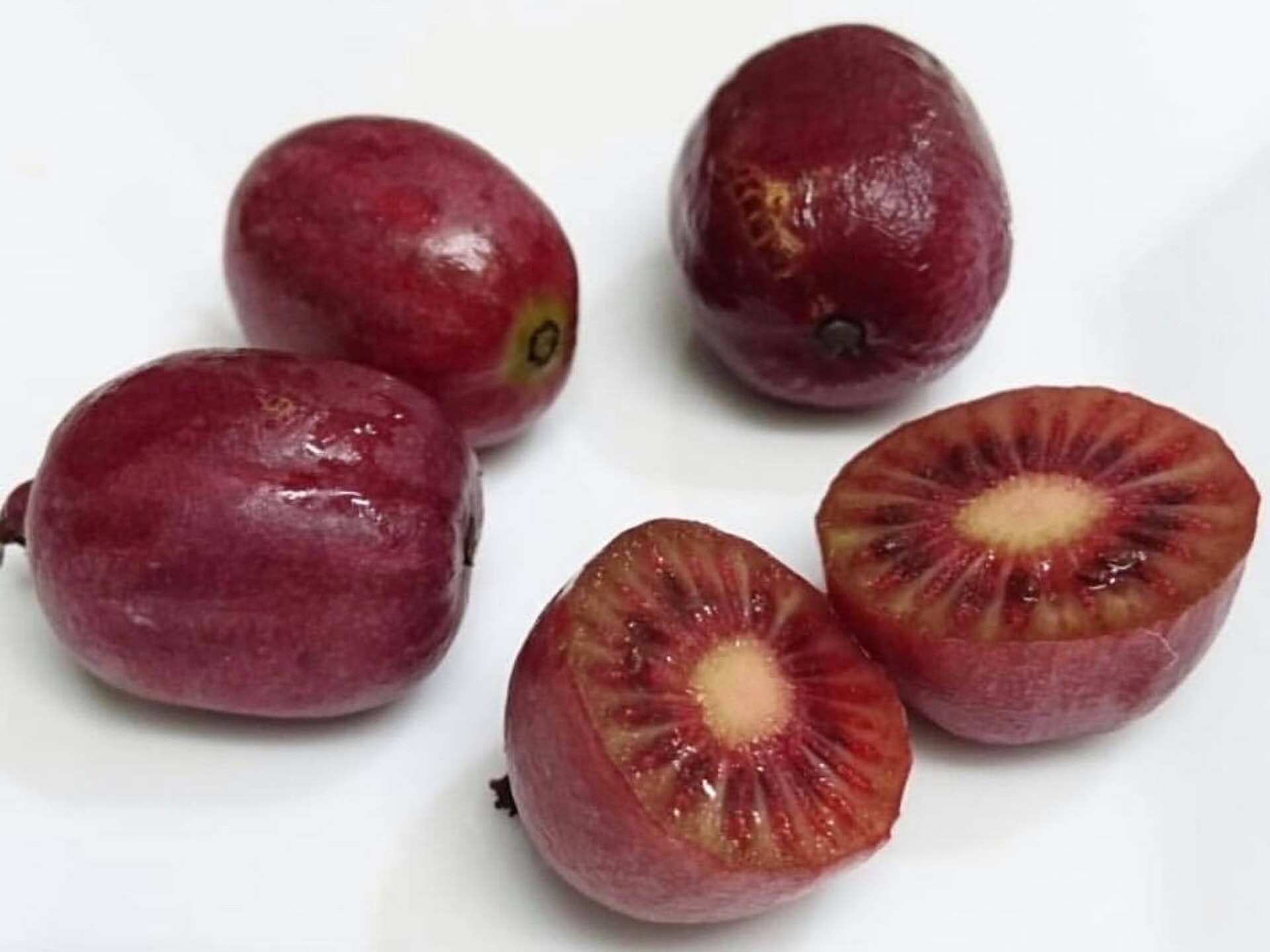 另外亦有不論內外都呈紅色的奇異莓,不切開還以為是紅提子。(Instagram:maiko_411)