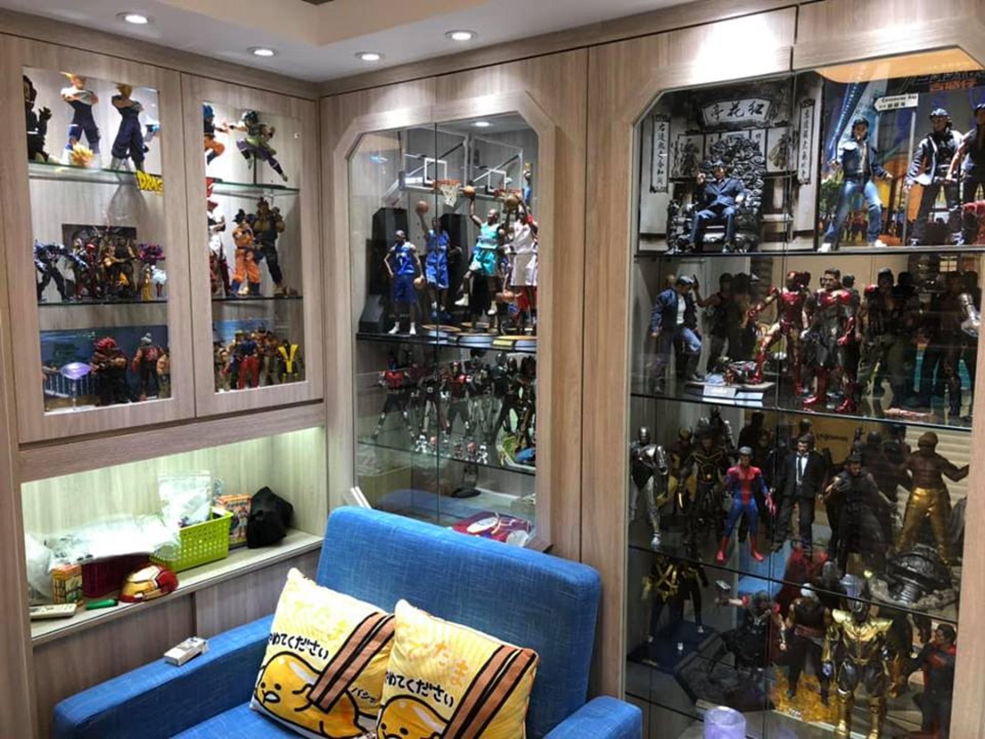 李先生在fb群組上分享,指家中裝修的時候,妻子幫忙思考如何在家中加設玻璃櫃,展示大量玩具。(受訪者提供)