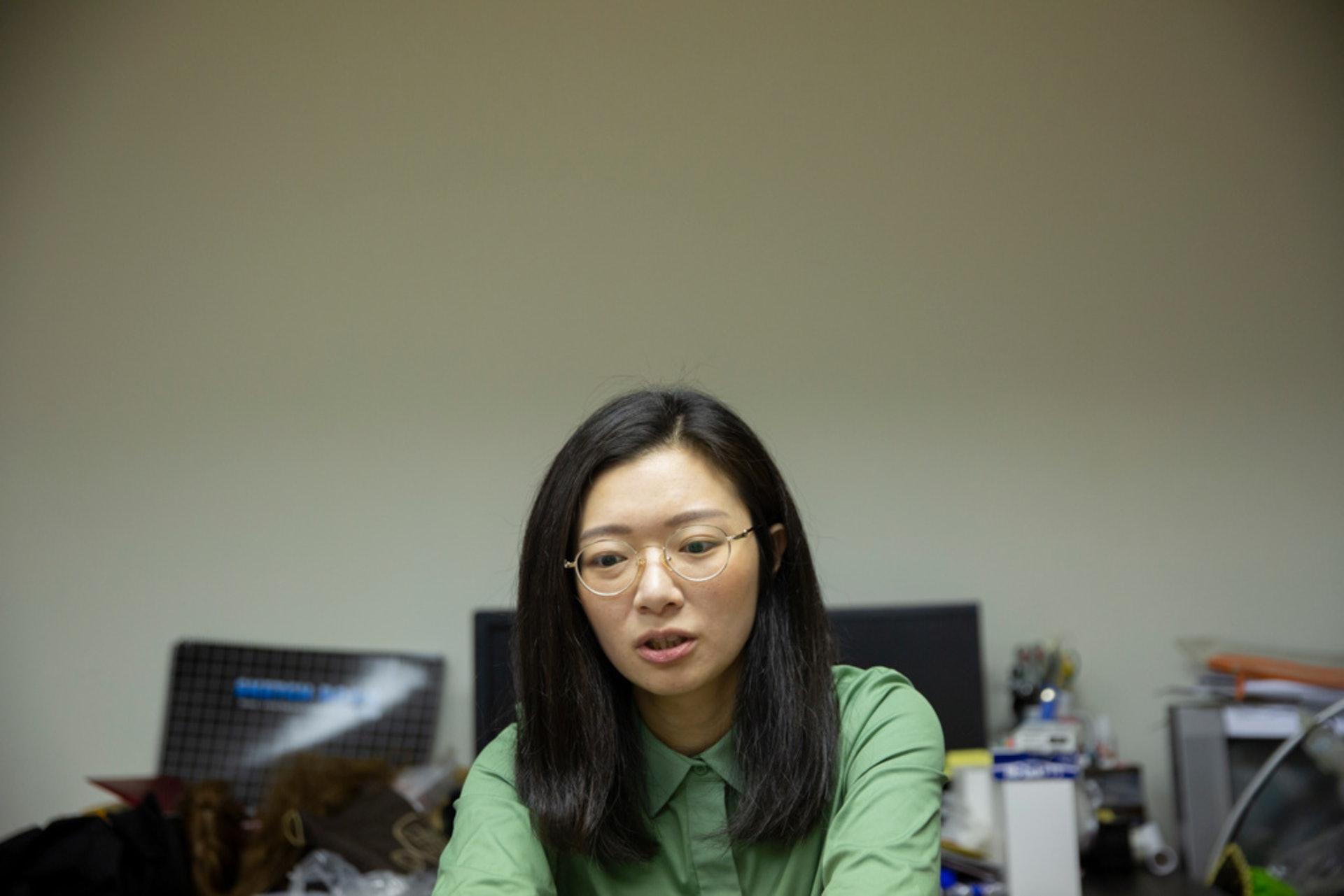 張穎淇被郭可芹「拖落水」,加入女同學社幫忙設計工作。她不時為生計煩惱,但也坦言「同運是我的生命主導」。