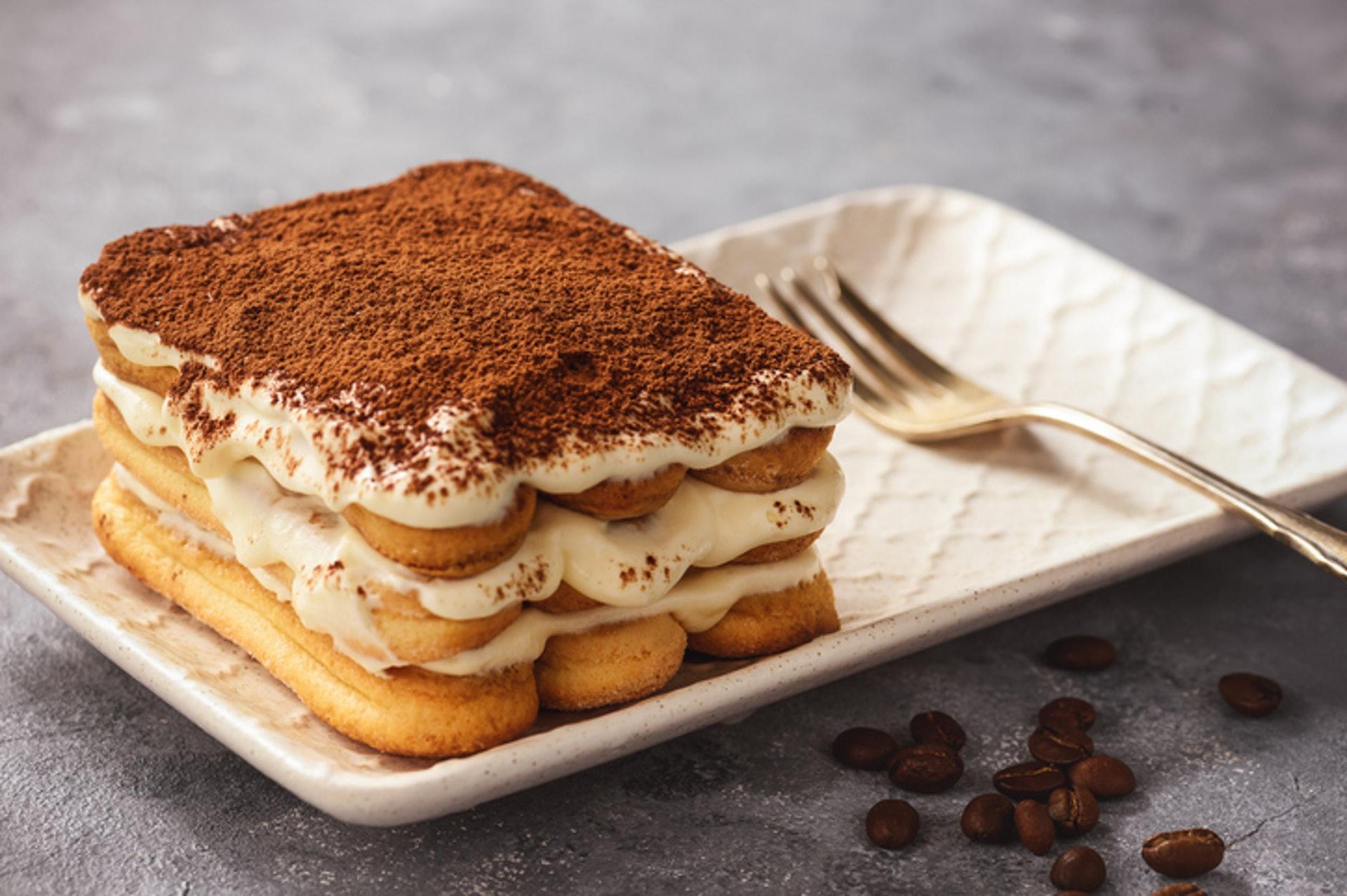 1.【Tiramisu】(最高卡) Tiramisu看似輕盈,但卡路里其實比一般蛋糕高,其主要材料有脂肪含量較高的意大利軟芝士(Mascarpone cheese)、淡忌廉、砂糖,再加上經酒精浸過的手指餅,令熱量大大提升。(GettyImages/VCG)