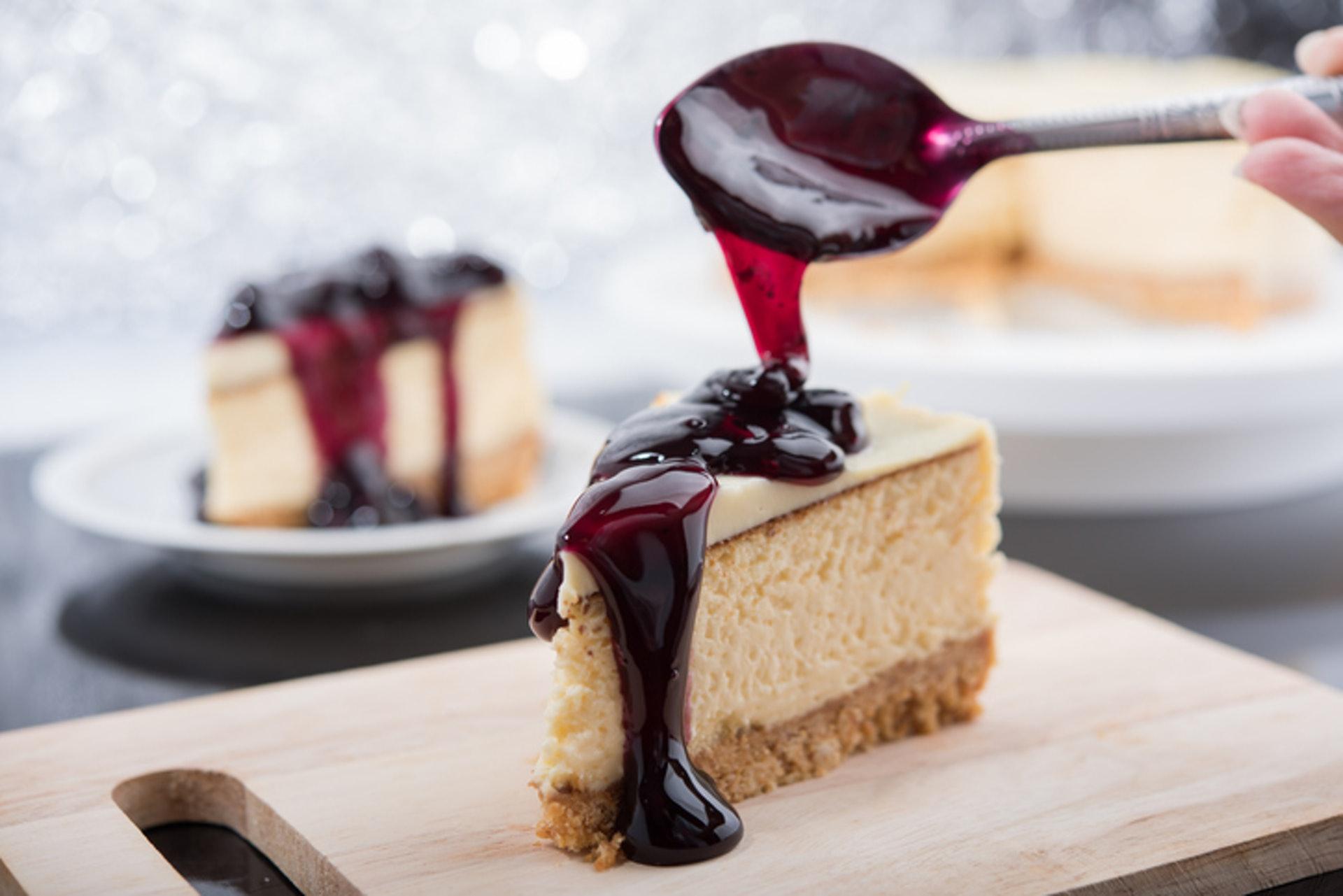 2.【藍莓芝士蛋糕】 藍莓芝士蛋糕中的忌廉芝士卡路里含量較高,製作過程中亦加入大量糖分,餅底又會用上如牛油及消化餅等高卡食材,如果加入大量藍莓果醬,熱量亦會增加。(GettyImages/VCG)