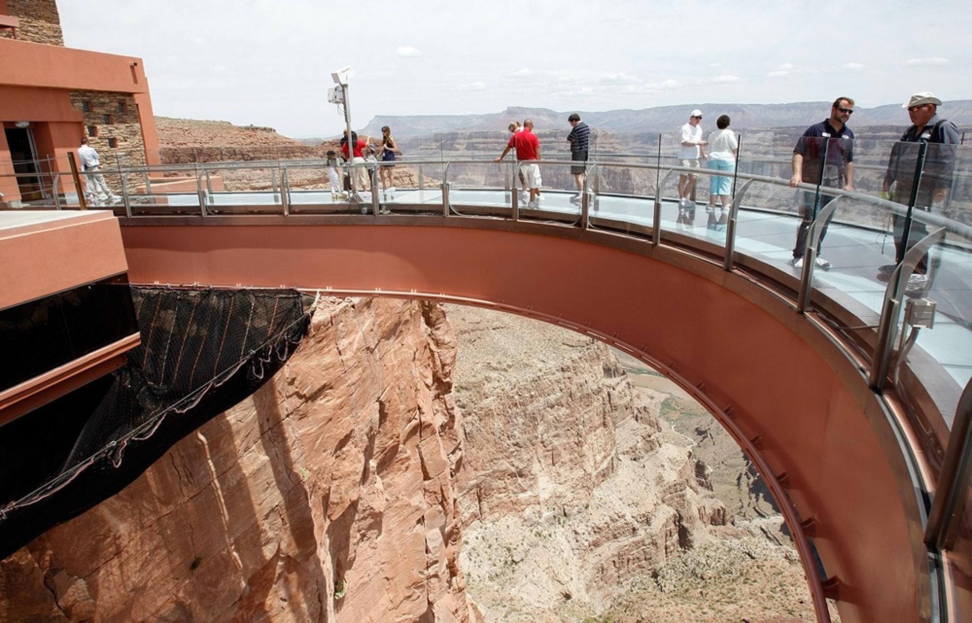 港人墮大峽谷死亡:事發位置是老鷹岩(Eagle Point),它鄰近馬蹄型玻璃天橋(Skywalk)。當地有豎立告示牌,呼籲遊客勿表近邊緣位置。(Getty Images)