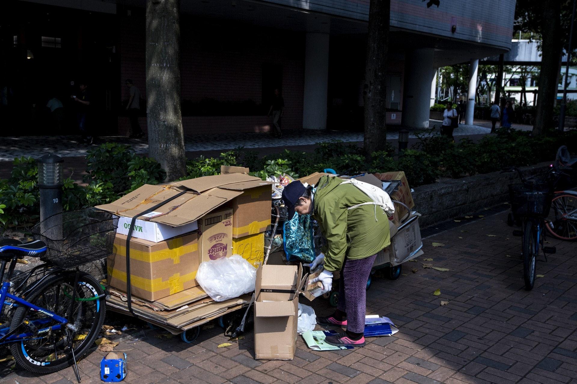 黃姐每天都會將收集到的紙皮送到商家處賣出。(羅君豪攝)