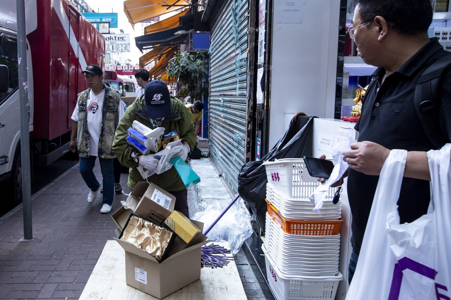 經過商鋪,不少熟悉黃姐的店鋪會將紙皮放到店外。(羅君豪攝)