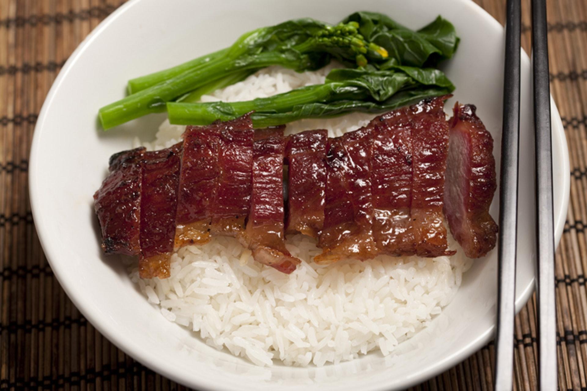 5.【叉燒飯(一碗400克約800卡路里)】同樣地,叉燒飯也可是不錯的有營午餐,不過除走燒味汁外,叉燒要一定選瘦的,因「肥叉」含較高飽和脂肪,同樣會導致血液中的壞膽固醇上升。(GettyImages/VCG)