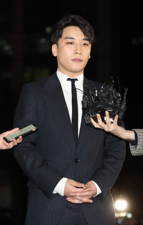 勝利昨日(4日)第7次被警方傳召,警方從鄭俊英和崔鍾訓等人陳述得知,是勝利指示他們更換手機。(視覺中國)