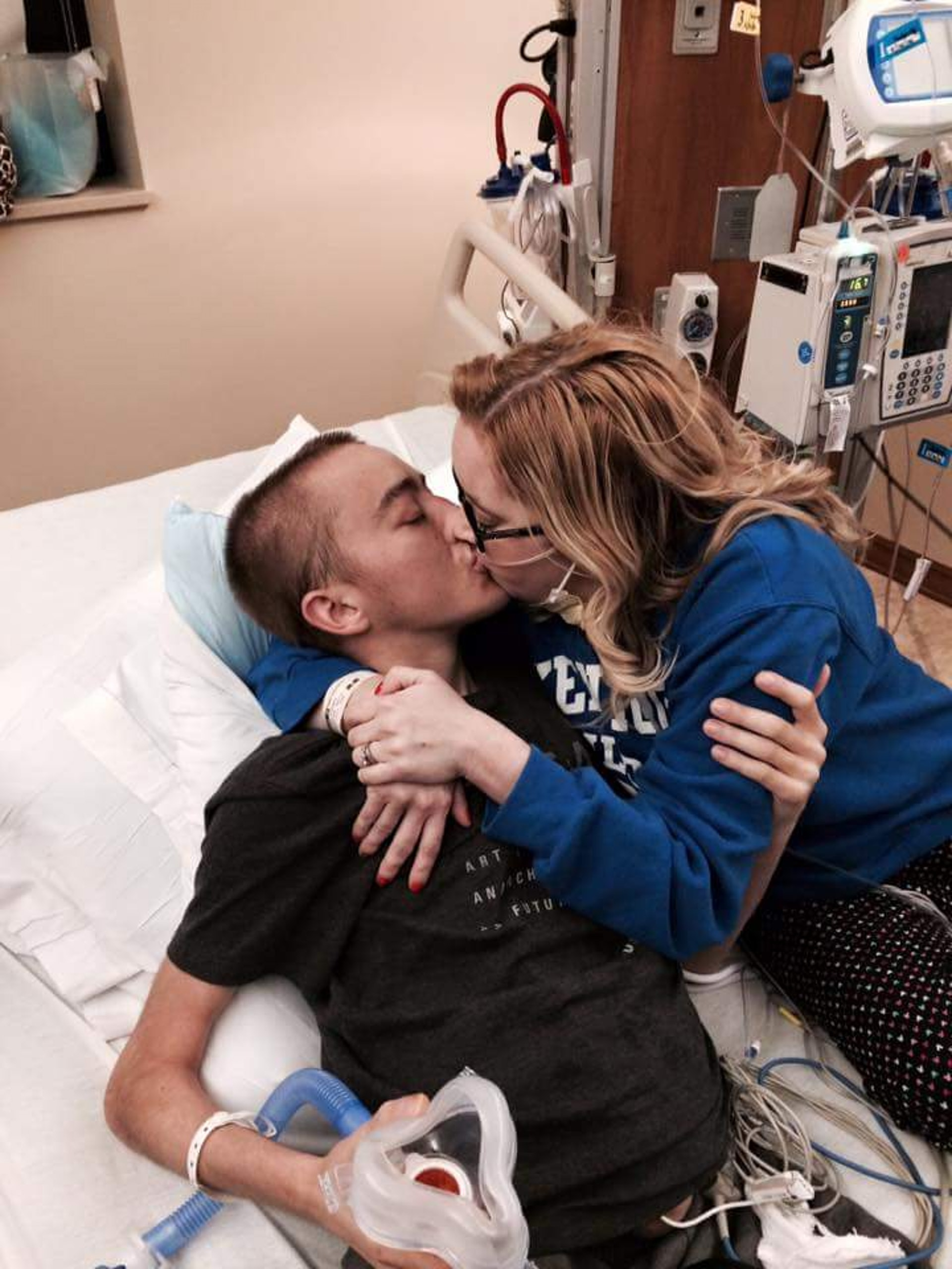 凱蒂(Katie Prager)和道爾頓(Dalton Prager)雖然被迫分開兩地治療,但相隔遠方仍不時為對方打氣。(facebook「Dalton and Katie Prager's Transplant Page」圖片)