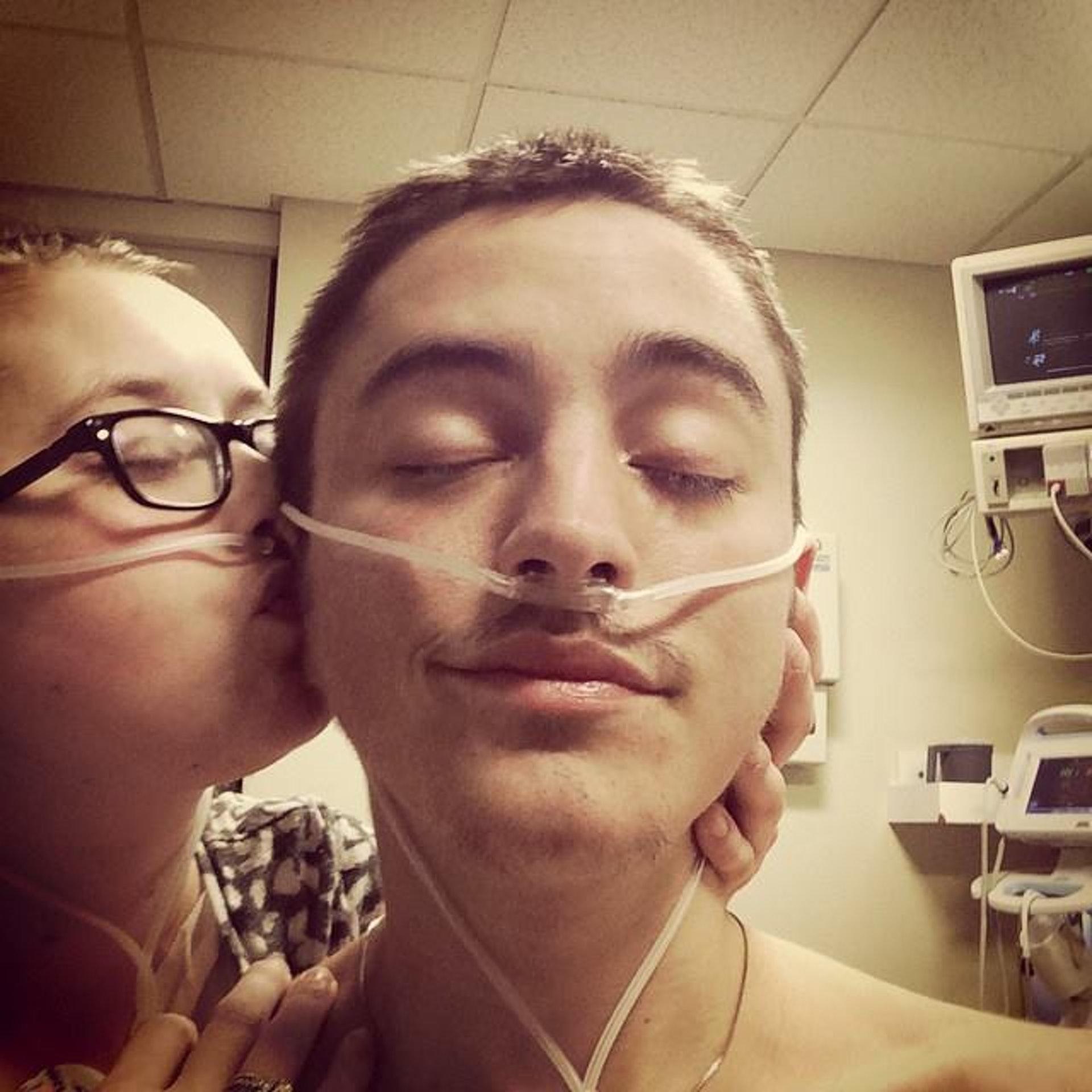 凱蒂(Katie Prager)和道爾頓(Dalton Prager)均患上「囊腫性纖維症」,兩人不顧一切地去愛,攜手渡過難關,感動不少網民。(facebook「Dalton and Katie Prager's Transplant Page」圖片)