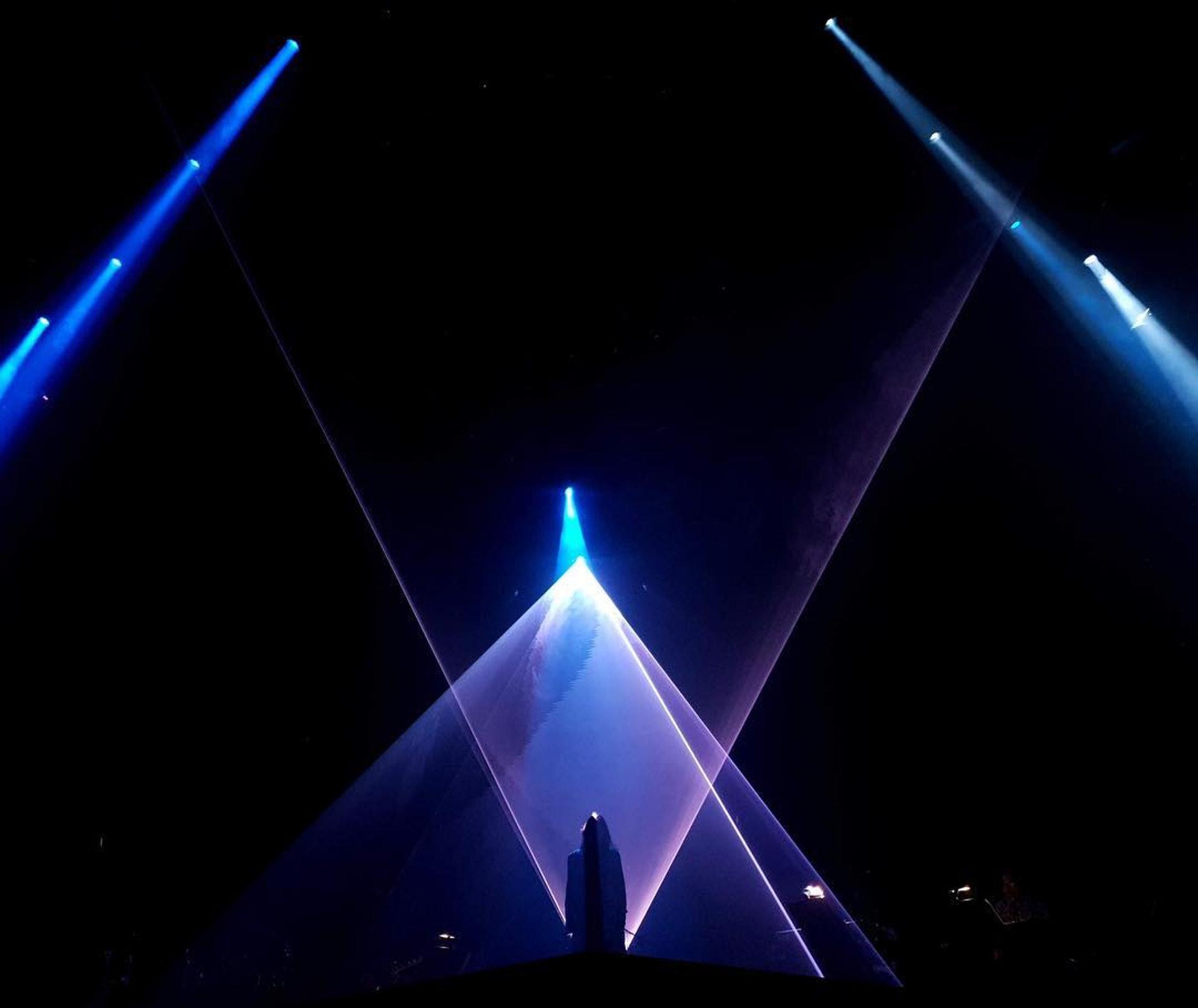 配上一個風格簡約但視效與燈效保持精緻的飛碟造型舞台,簡簡單單地演繹出自己喜歡的歌曲,可說是非常「任性」(soulboykhalilfong IG)