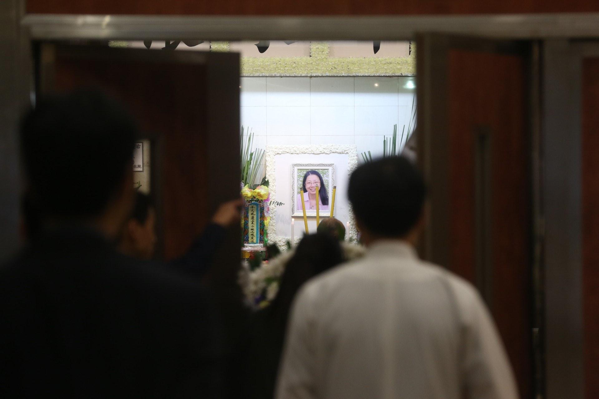 靈堂中央擺放遺照,相中林麗棠老師身穿粉紅色衫,長髮及肩,露齒微笑。(王譯揚攝)