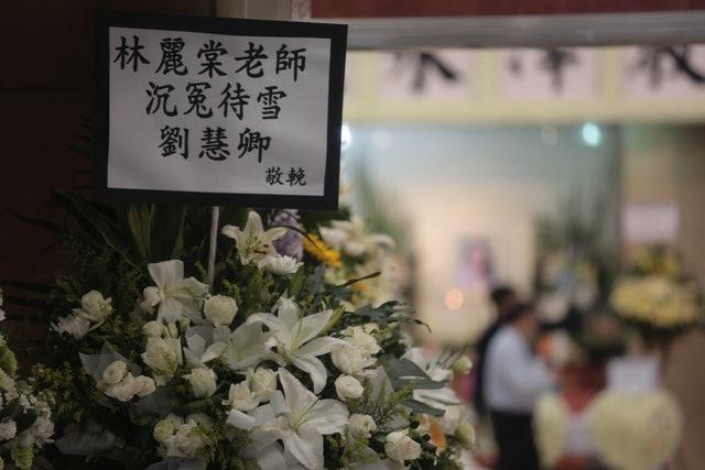 民主黨前主席劉慧卿送上「沉冤待雪」的花牌。 (梁銘康攝)