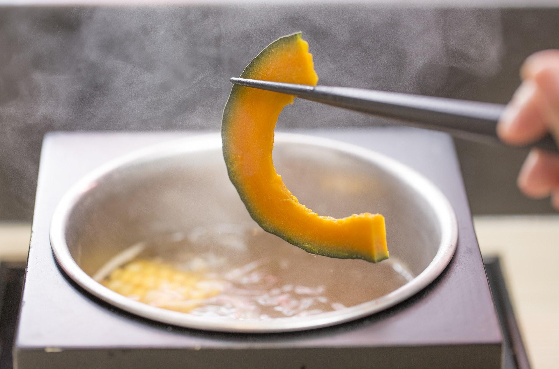 白灼菜煮食方式是有機會令營養素流失於水中。(資料圖片)